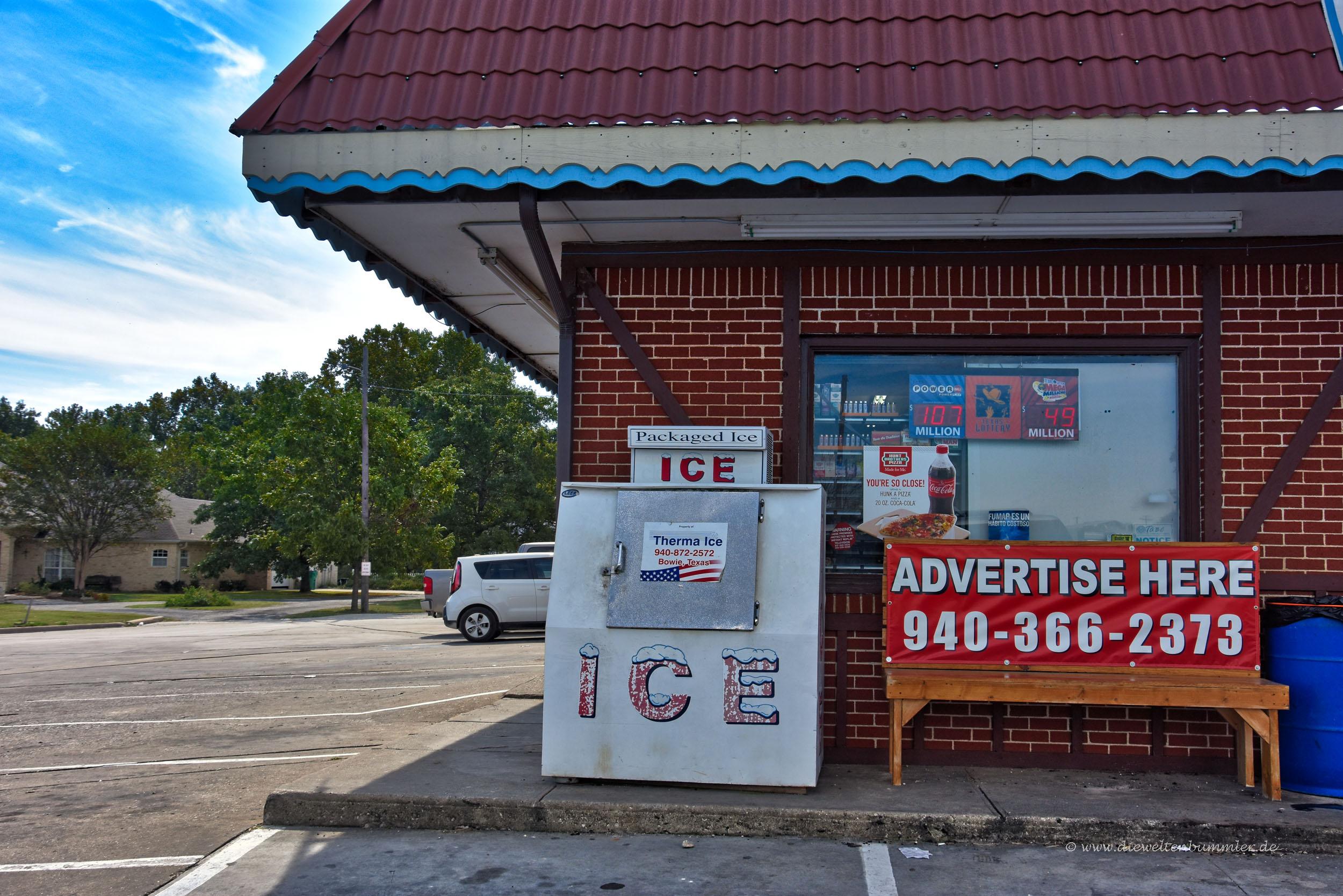 Typische Eismaschine vor einem Shop