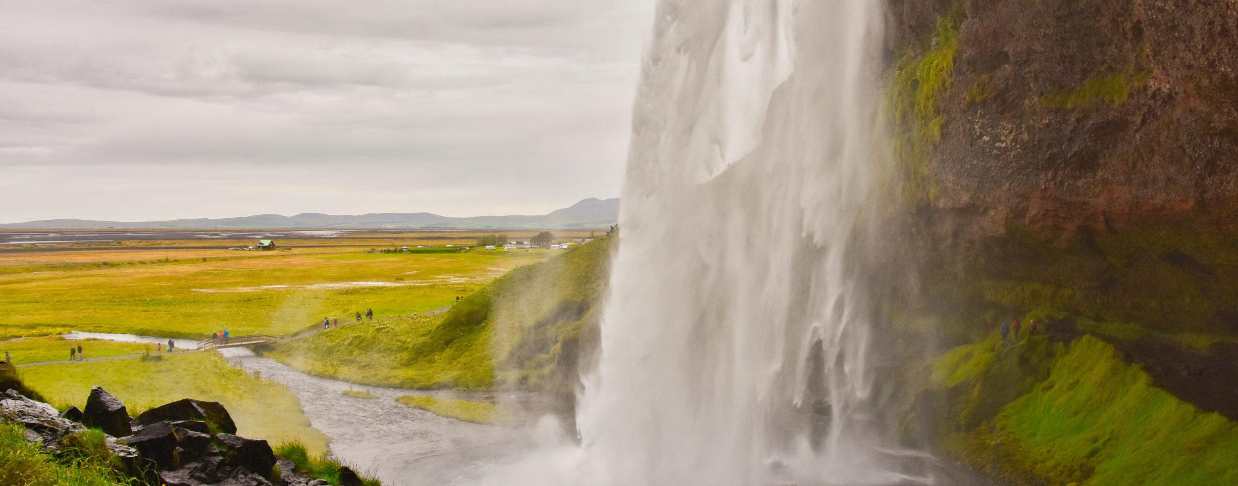 Spazierweg hinter dem Wasserfall
