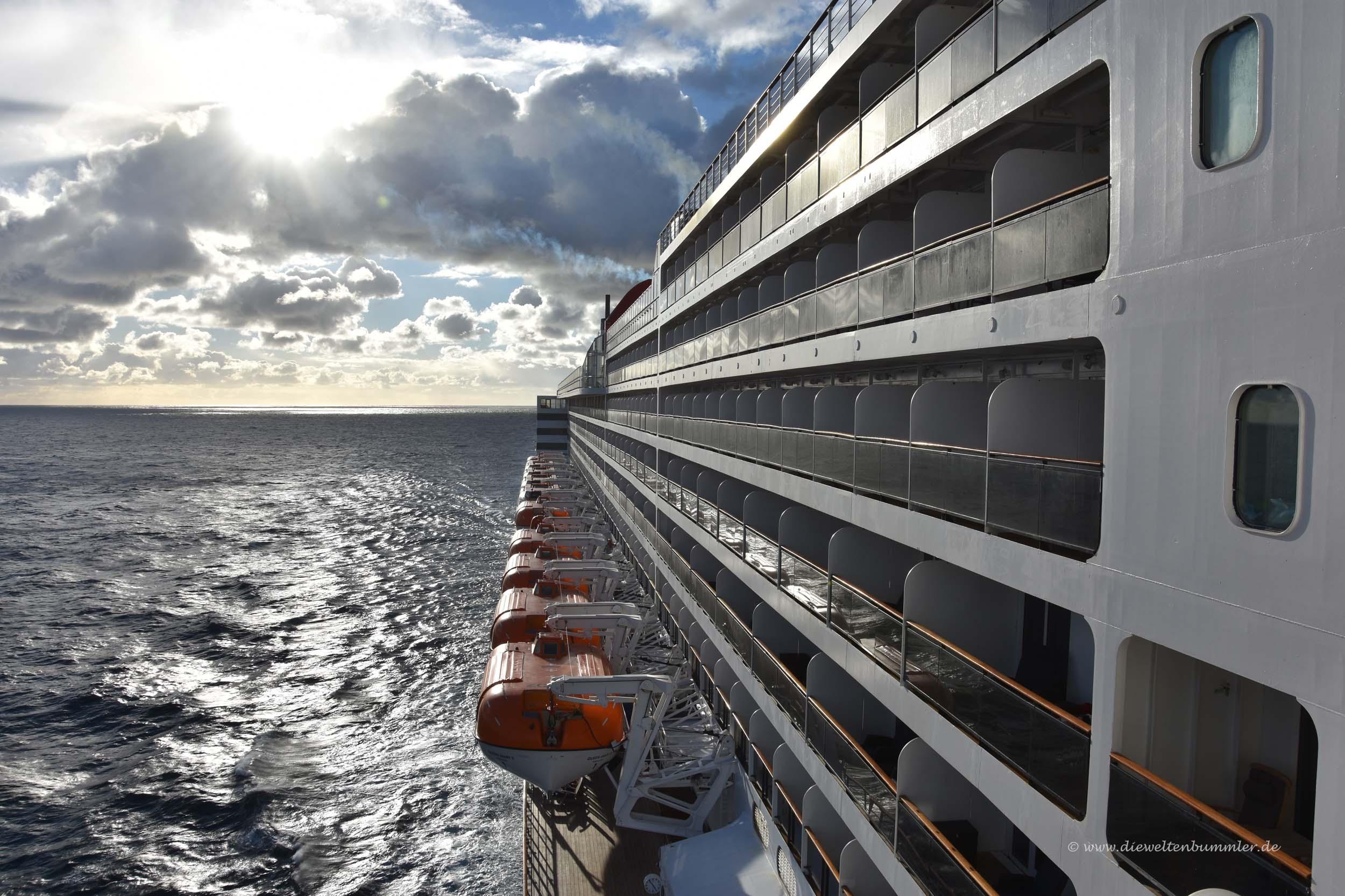 Auf der Queen Mary 2 kann man das Schiff auch von der Seite sehen
