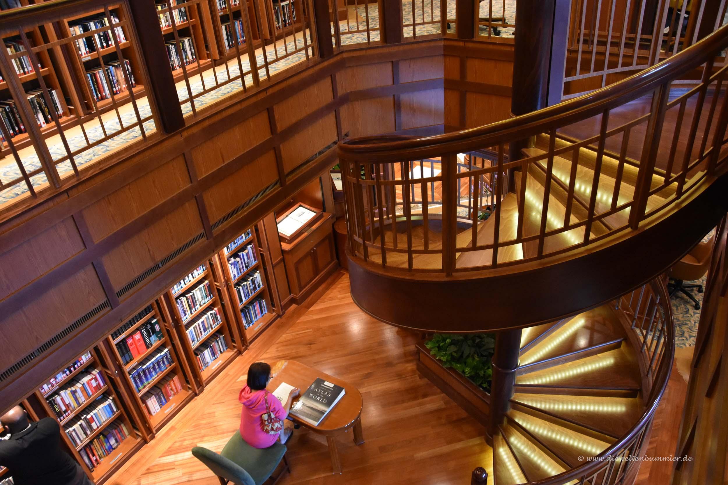 Bibliothek mit Wendeltreppe