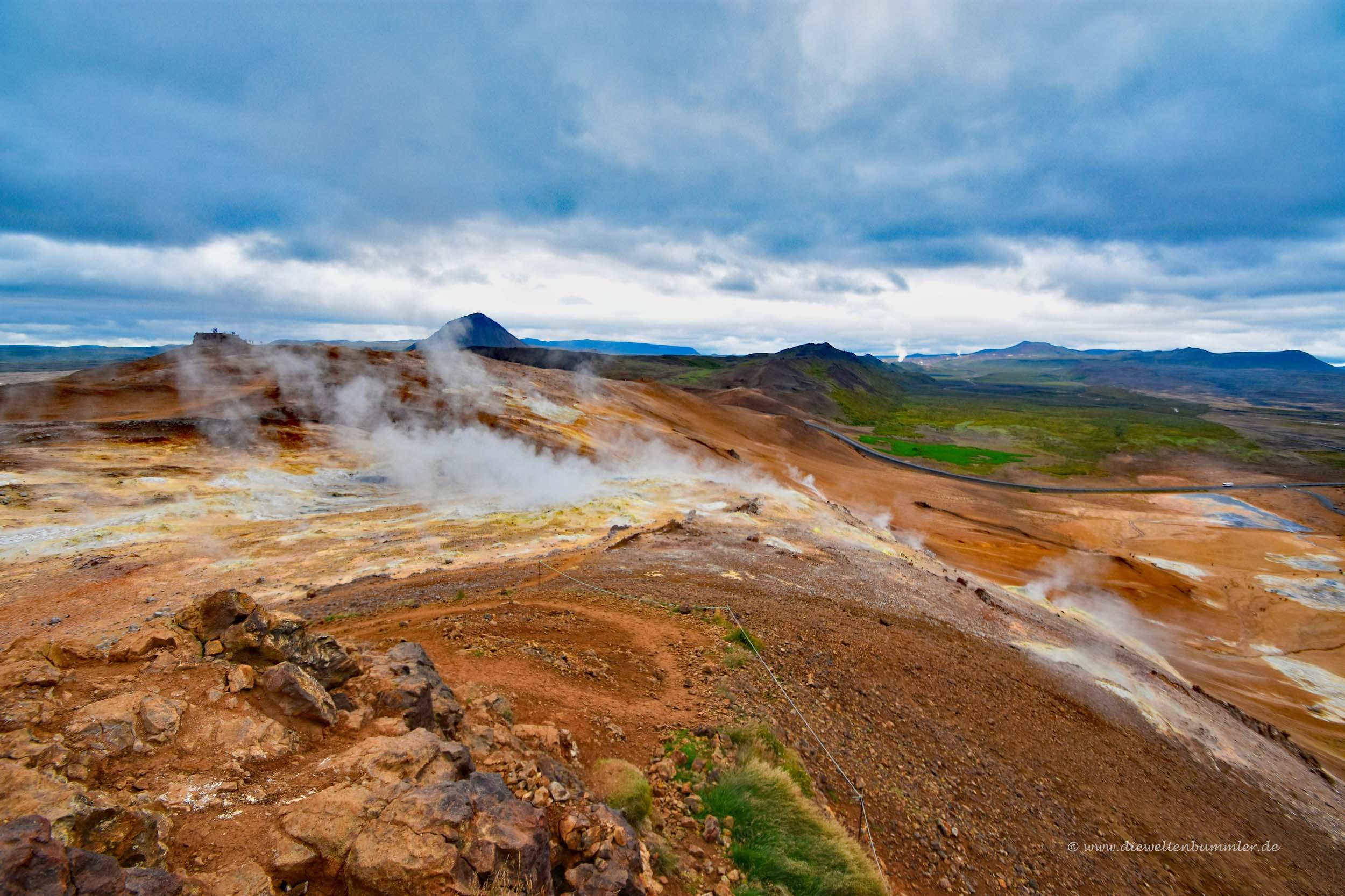 Blick vom Berg hinab zu Hverir
