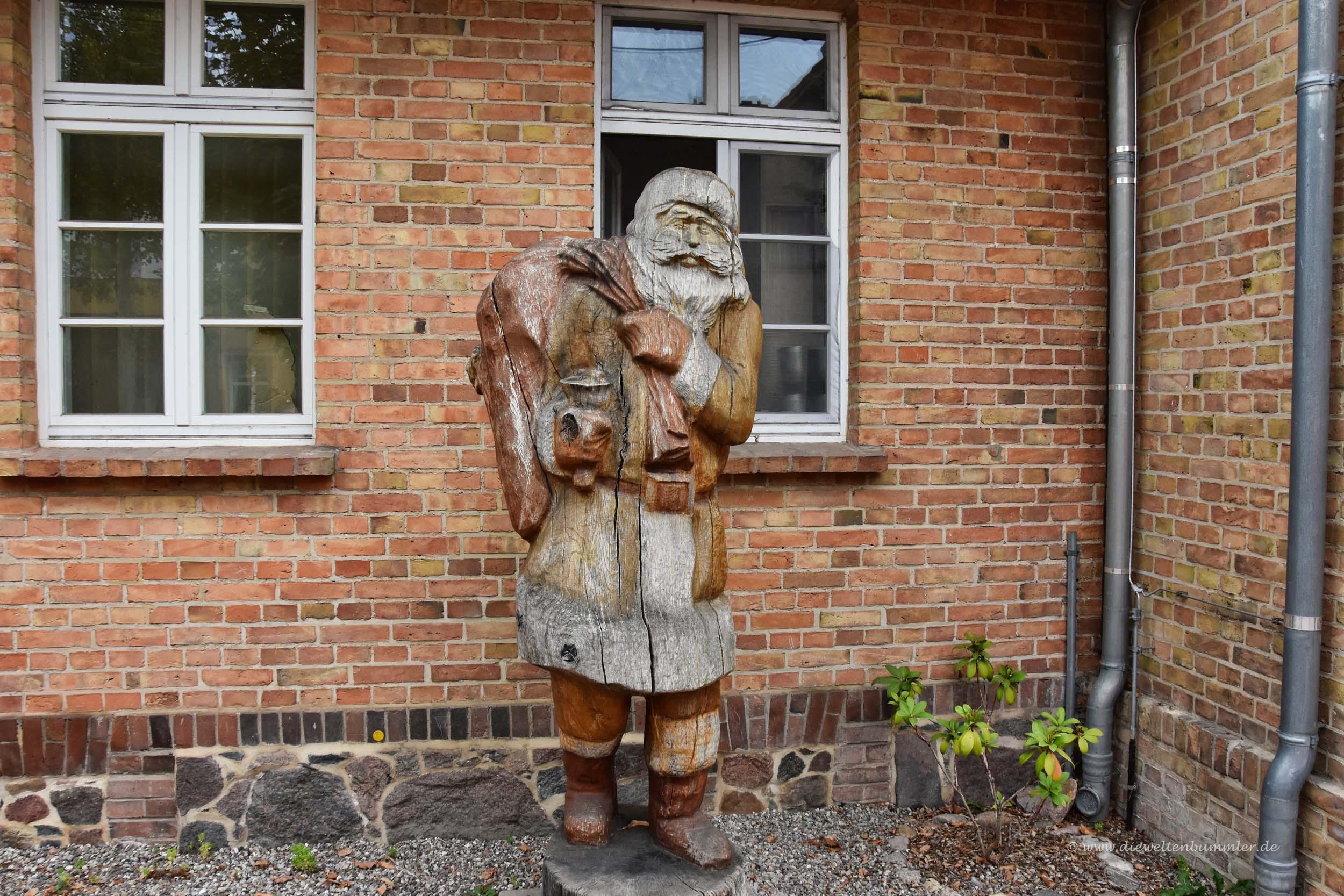 Holzskulptur des Weihnachtsmanns