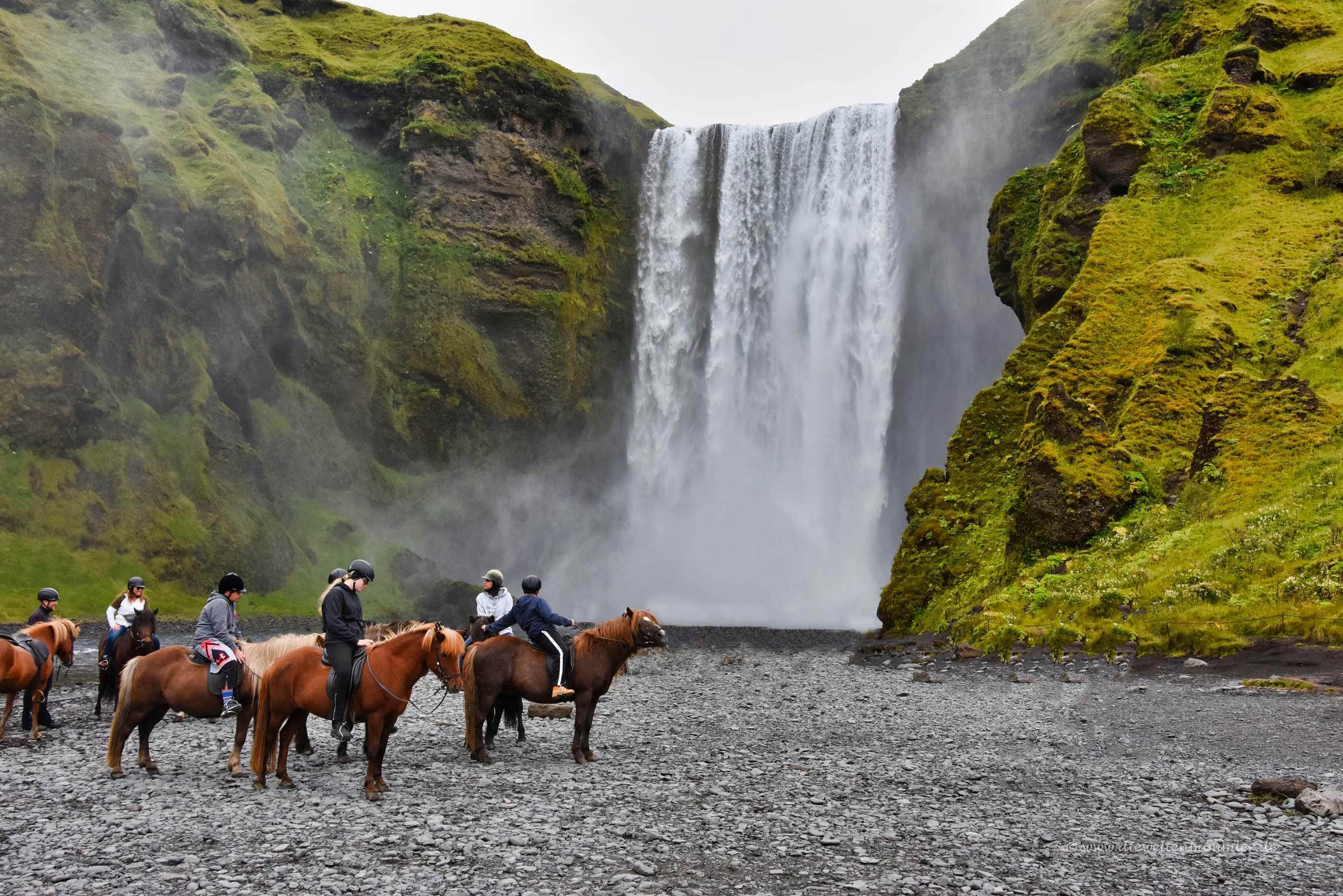 Reiter vor dem Wasserfall