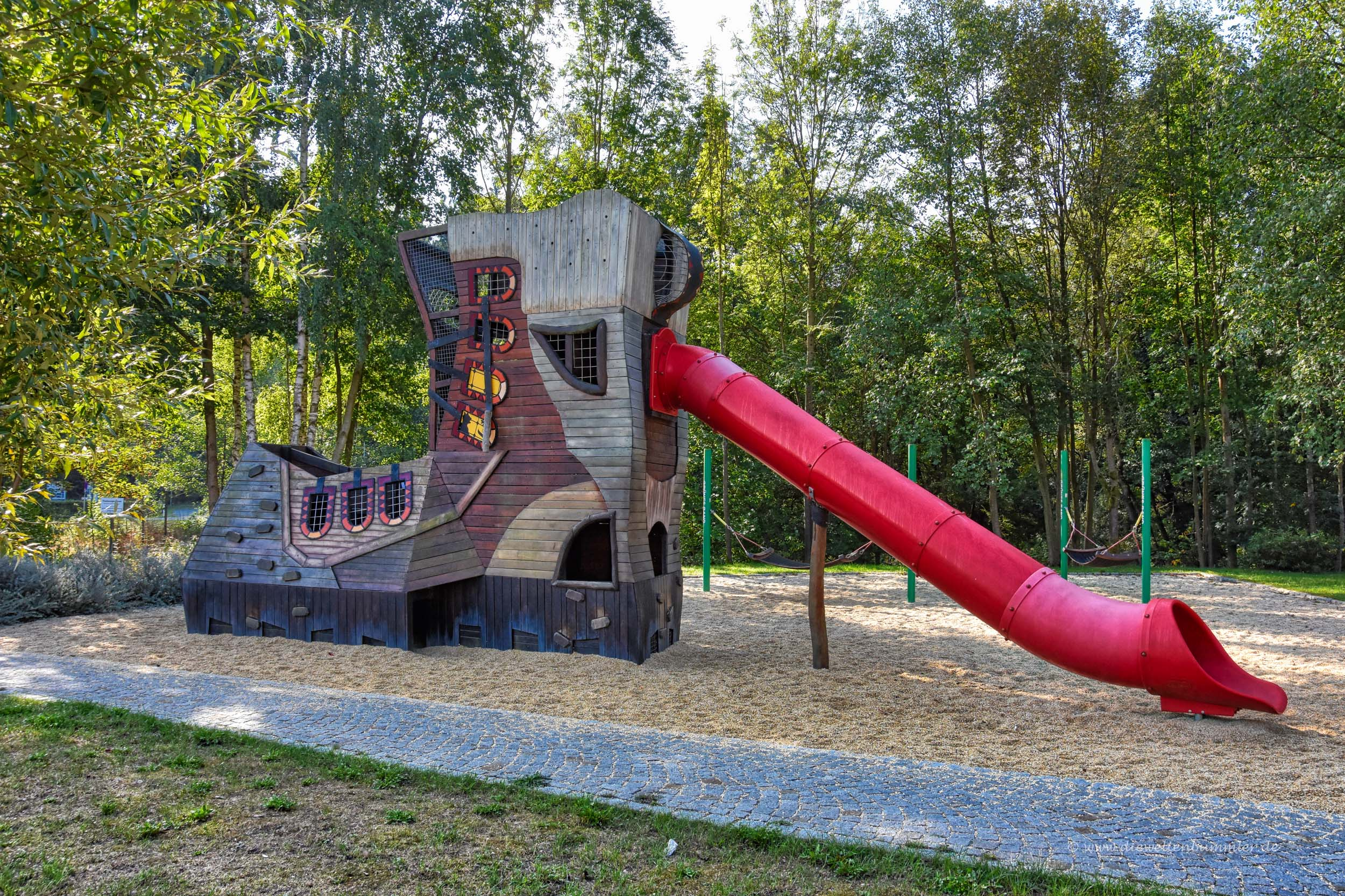 Riesiger Wanderschuh als Spielplatz
