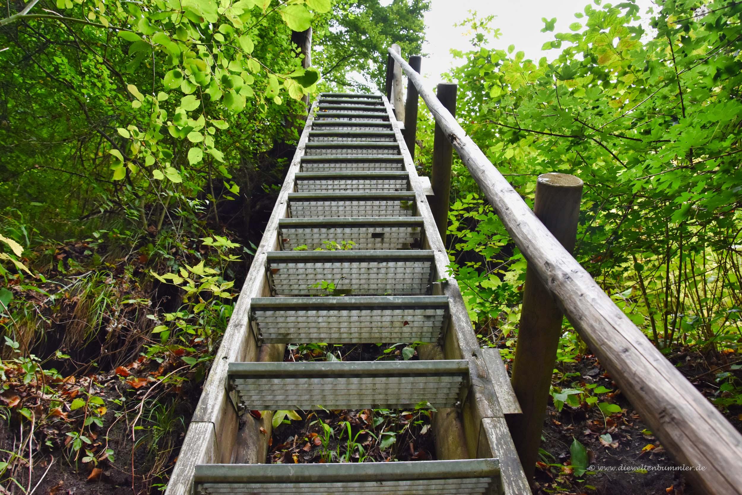 Steile Treppe von unten