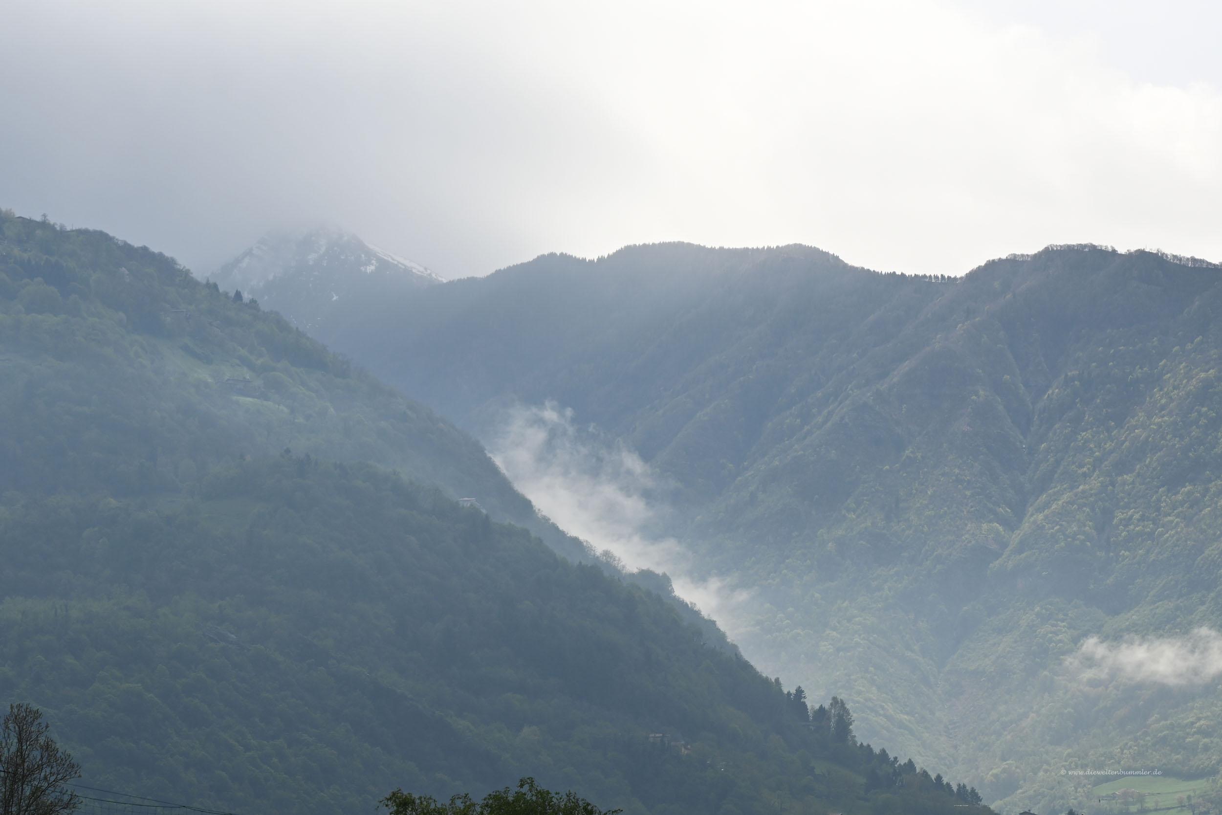 Wolkenverhangene Berge