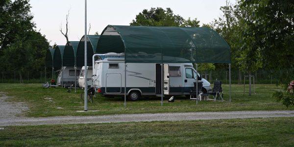 Überdachte Parzellen auf dem Campingplatz
