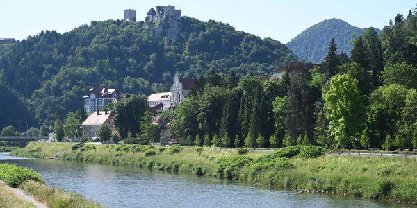 Blick vom Flussufer zur Burg Celje