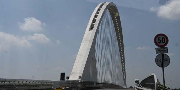 Brücke durch die Windschutzscheibe gesehen