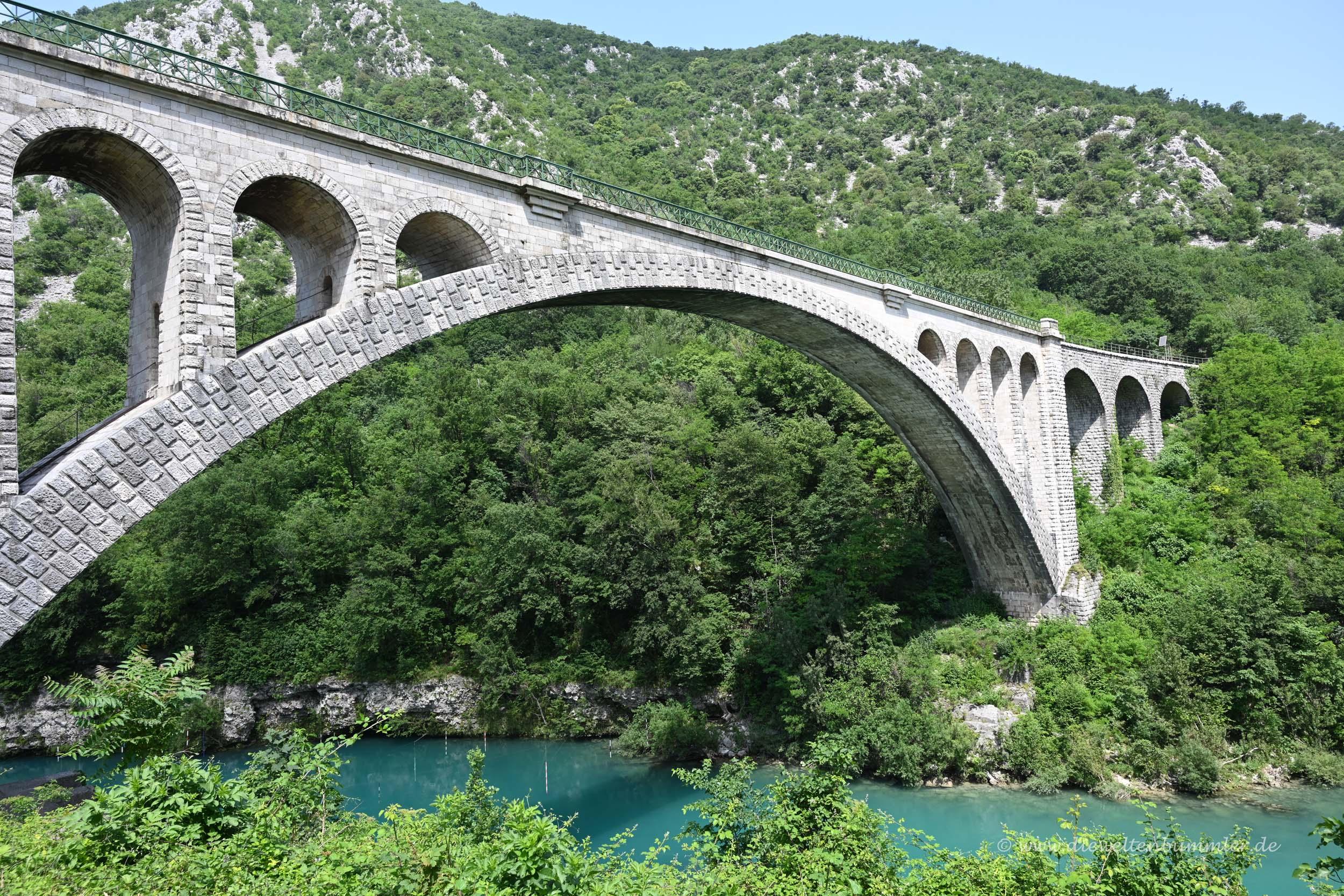 Eisenbahnbrücke über dem Fluss Soca