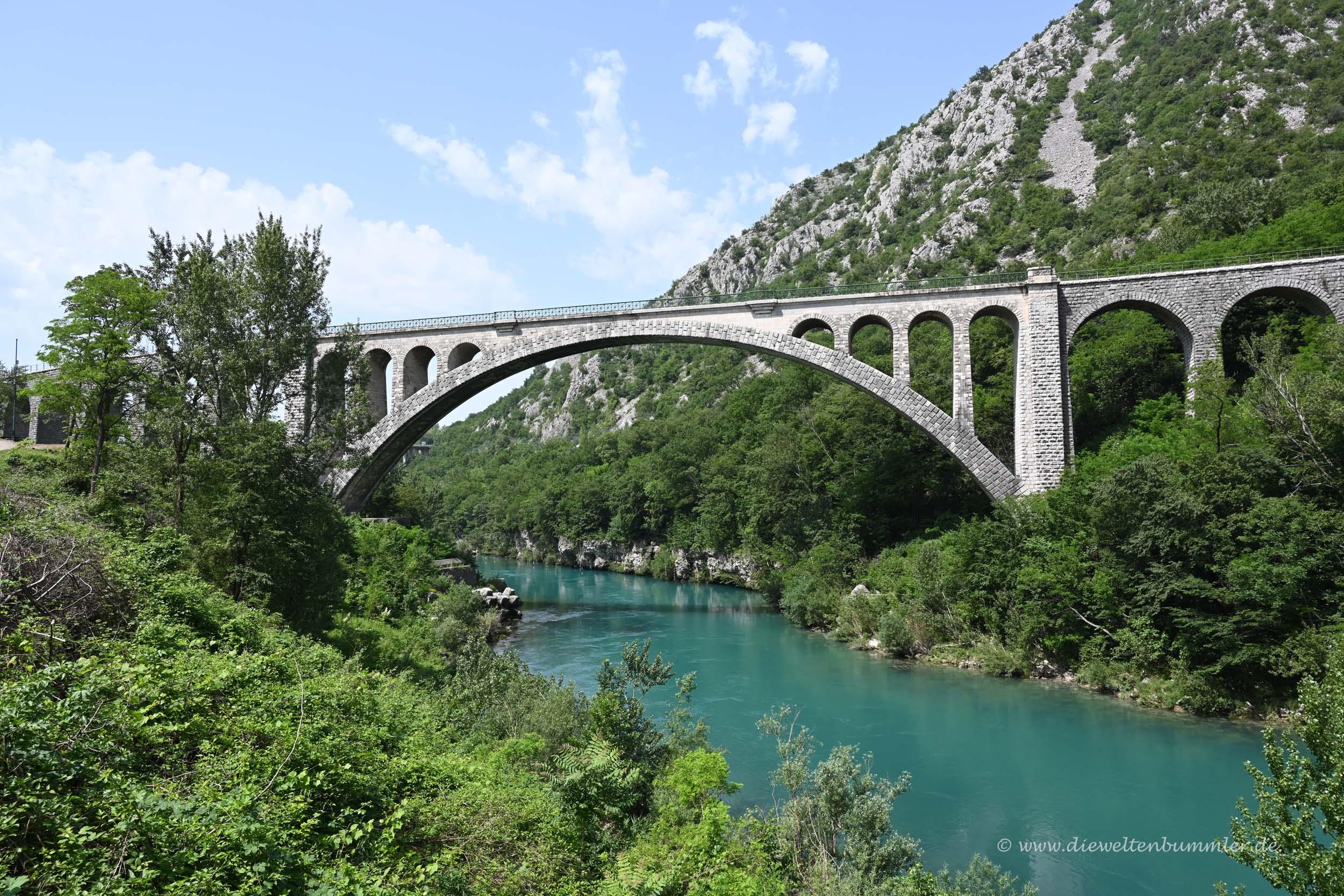 Historische Brücke im Soca-Tal