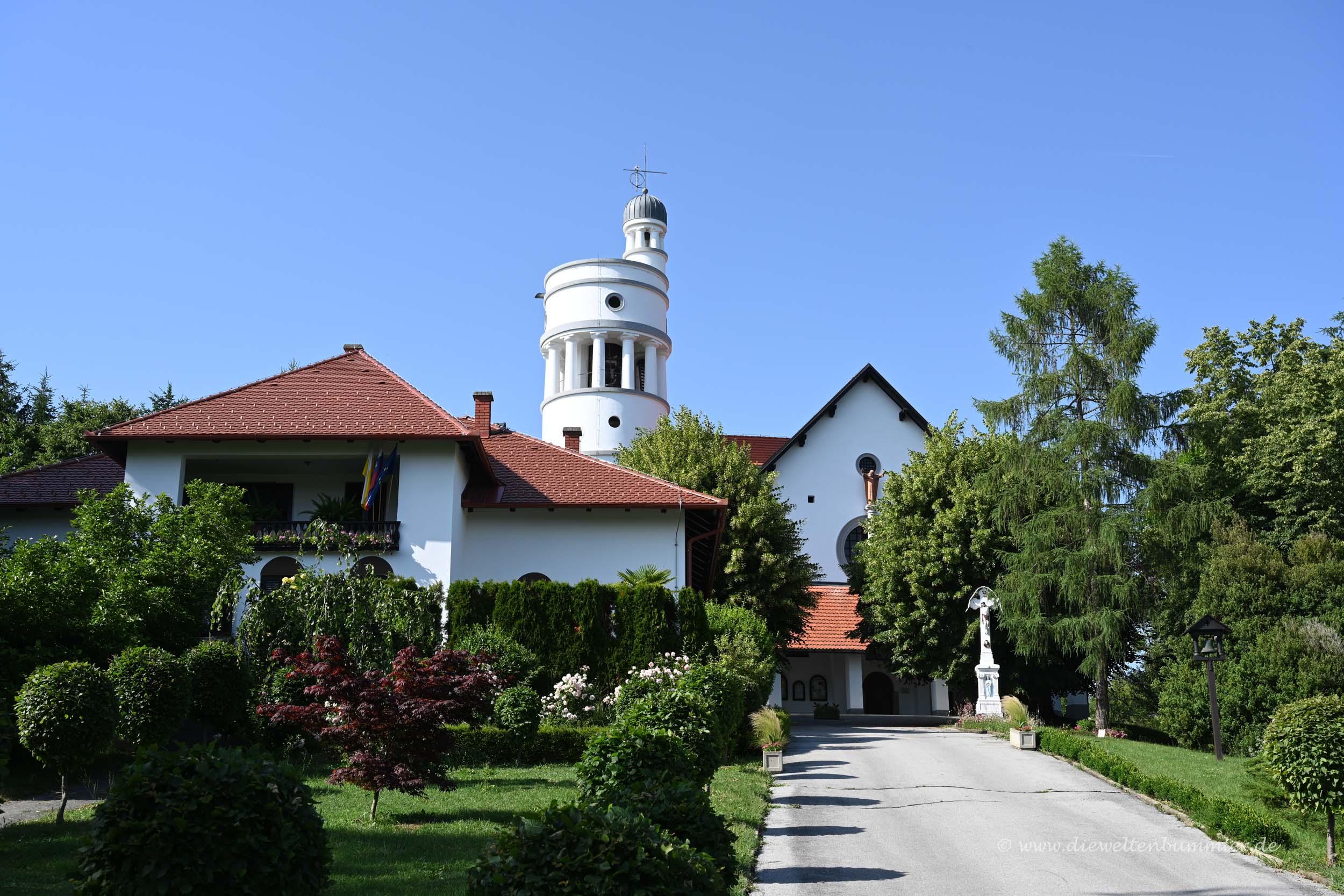 Kirche mit kuriosem Turm in Bogojina