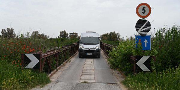 Kleine Brücke mit Wohnmobil