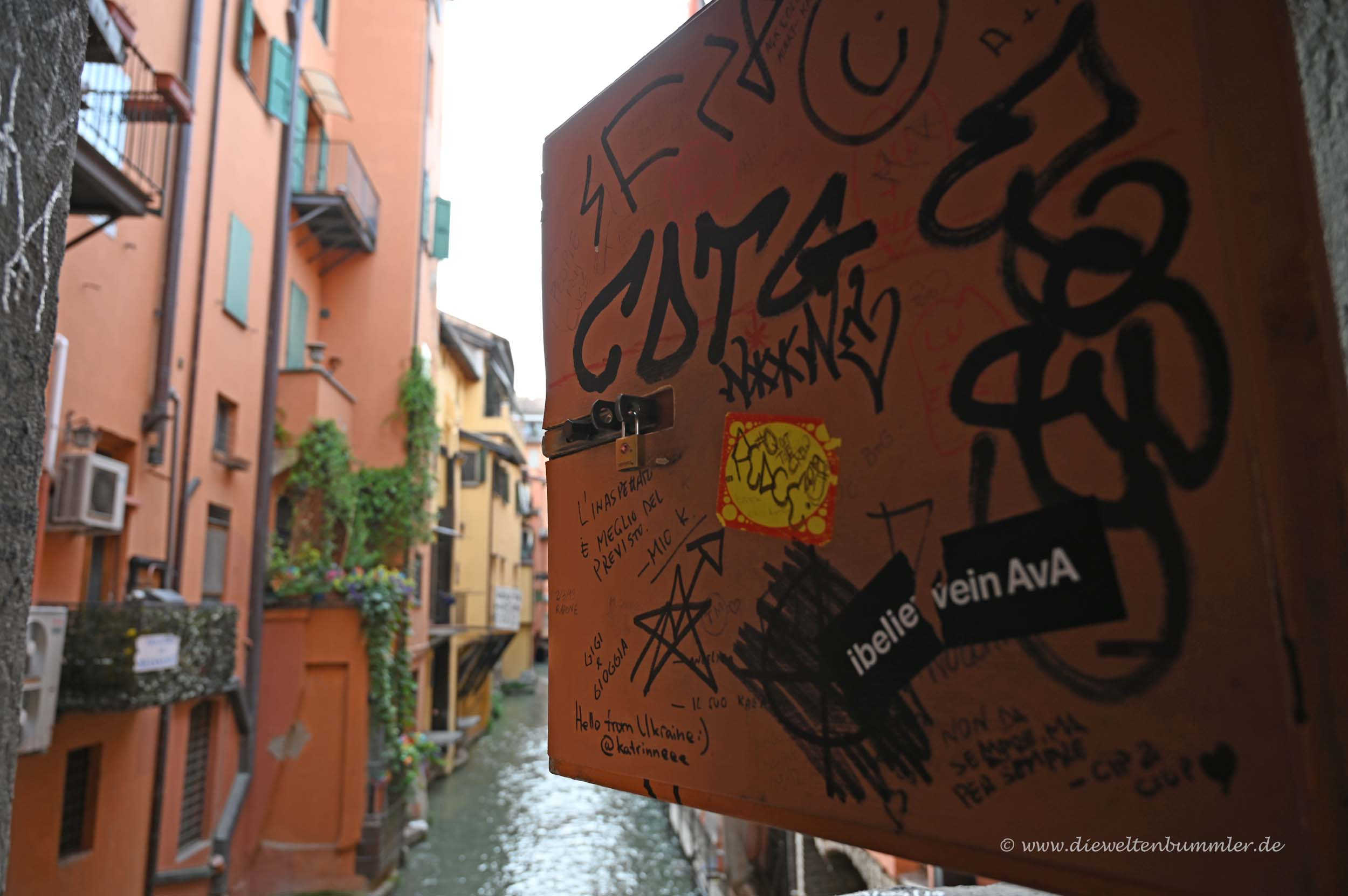 Kleines Fenster in Bologna