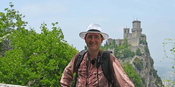 Michael Moll vor der Burg San Marino