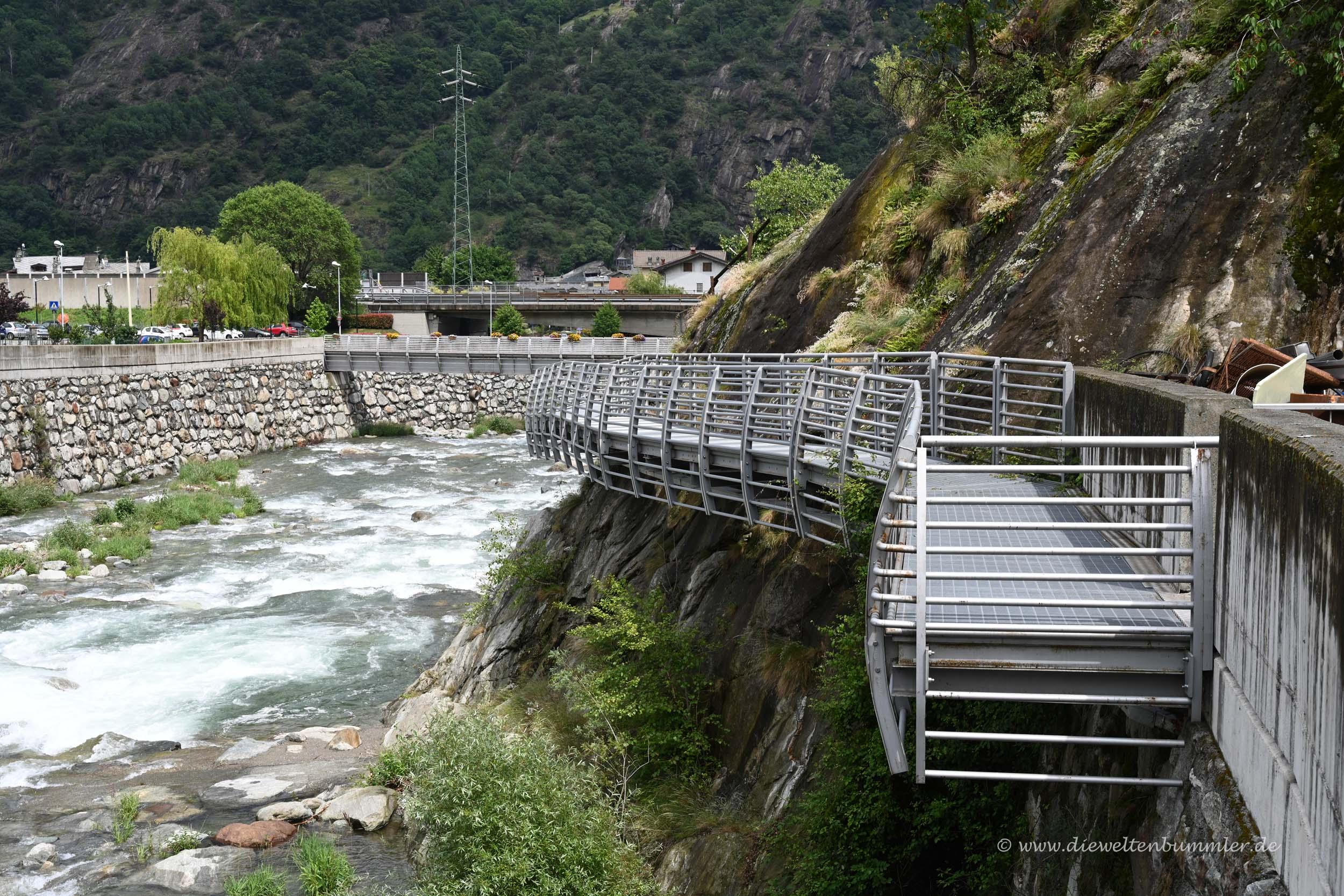 Weg über dem Fluss