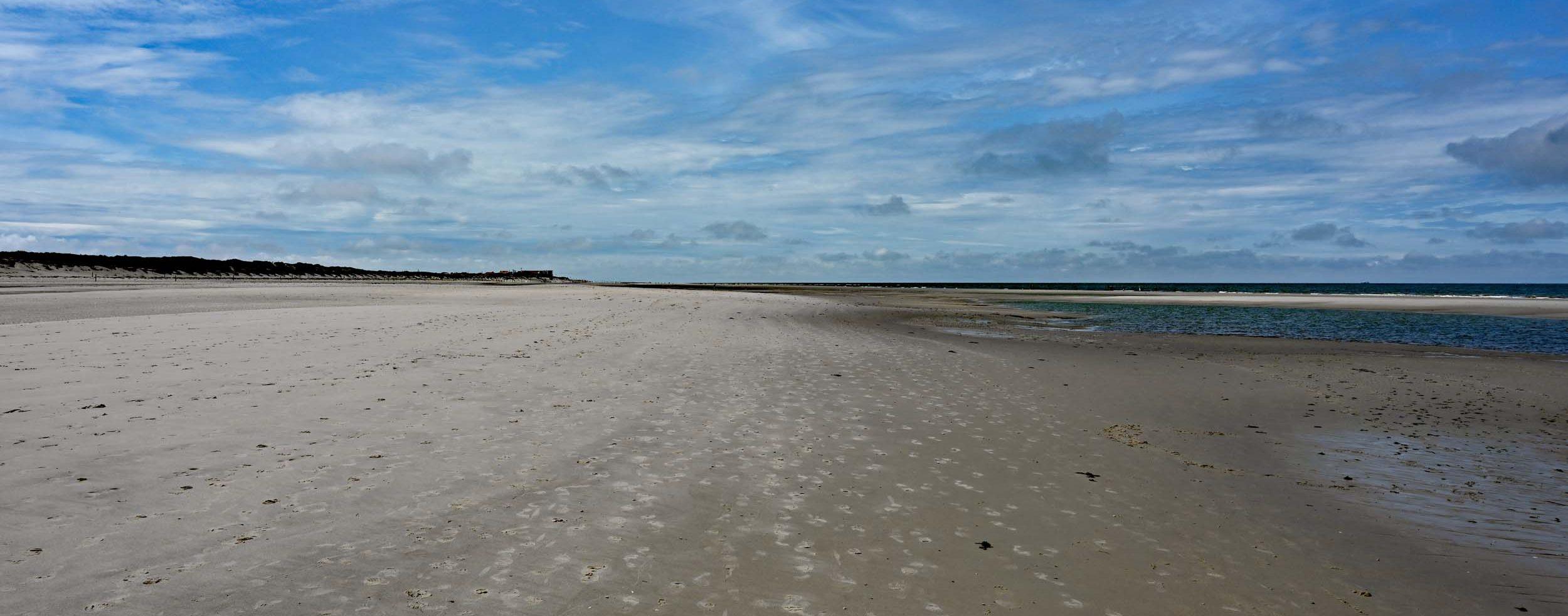 Weiter Strand im Westen der Insel
