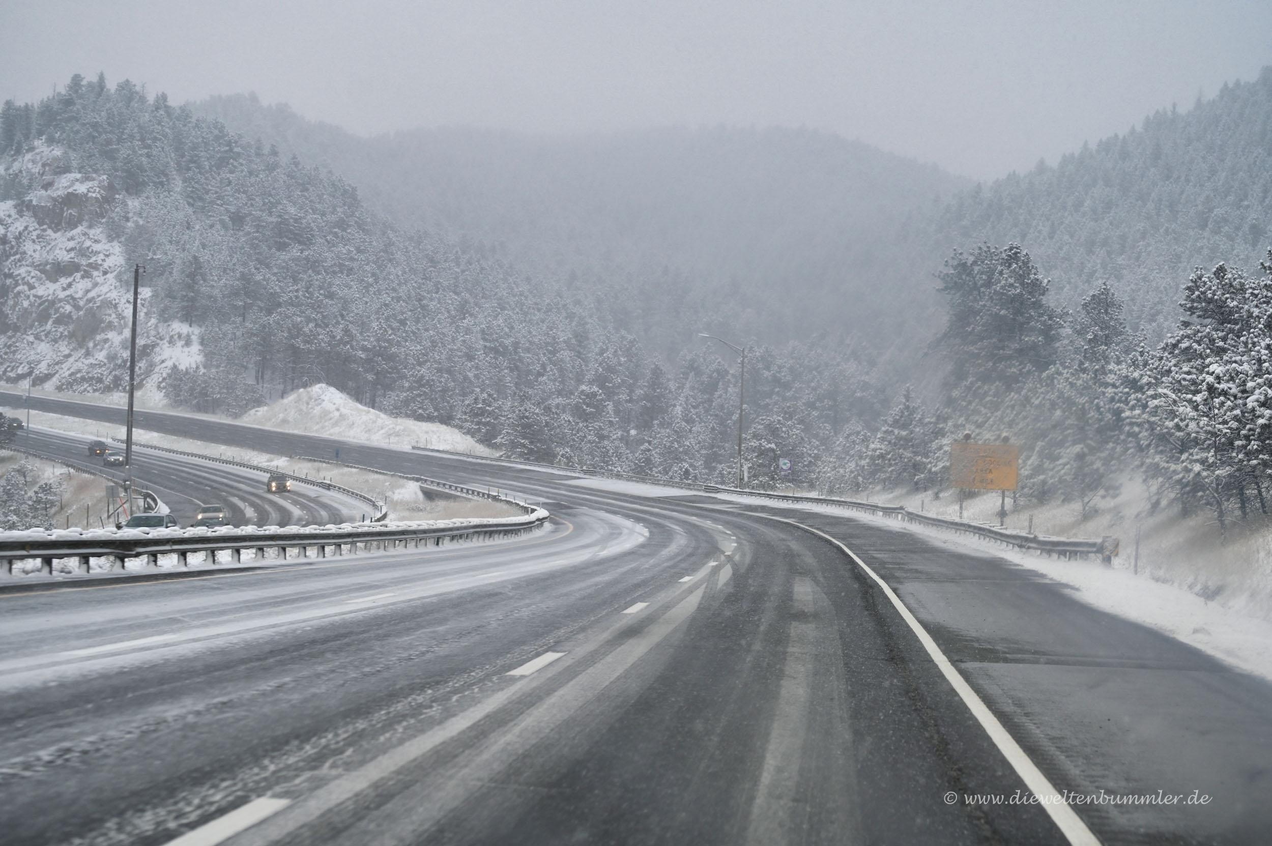 Schneefall auf dem Highway