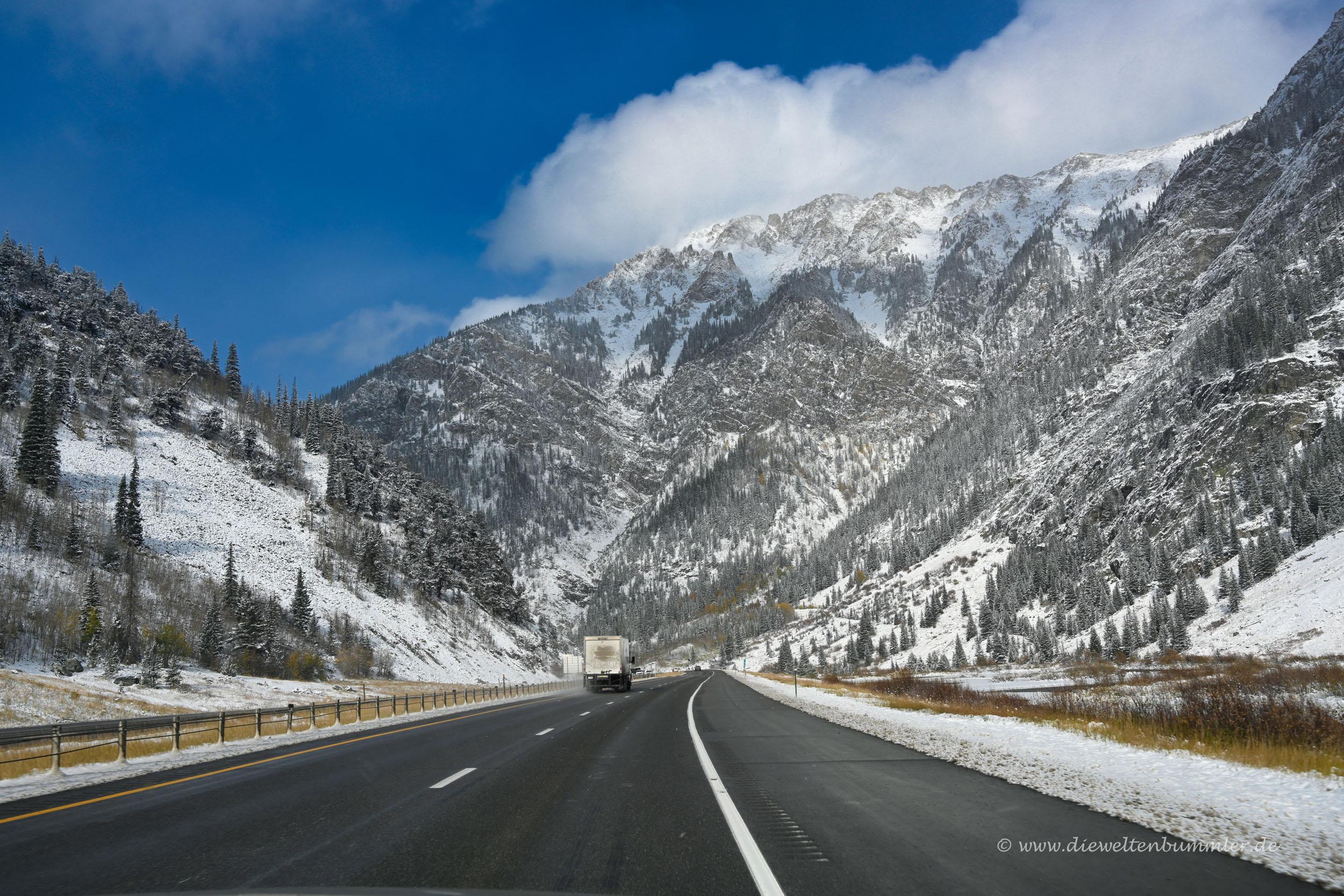 Breiter Highway in die Berge