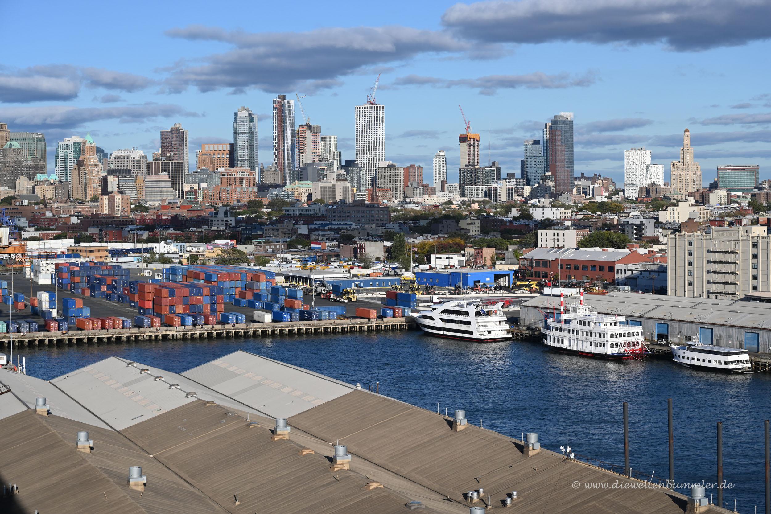 Ausblick vom Schiff auf Brooklyn
