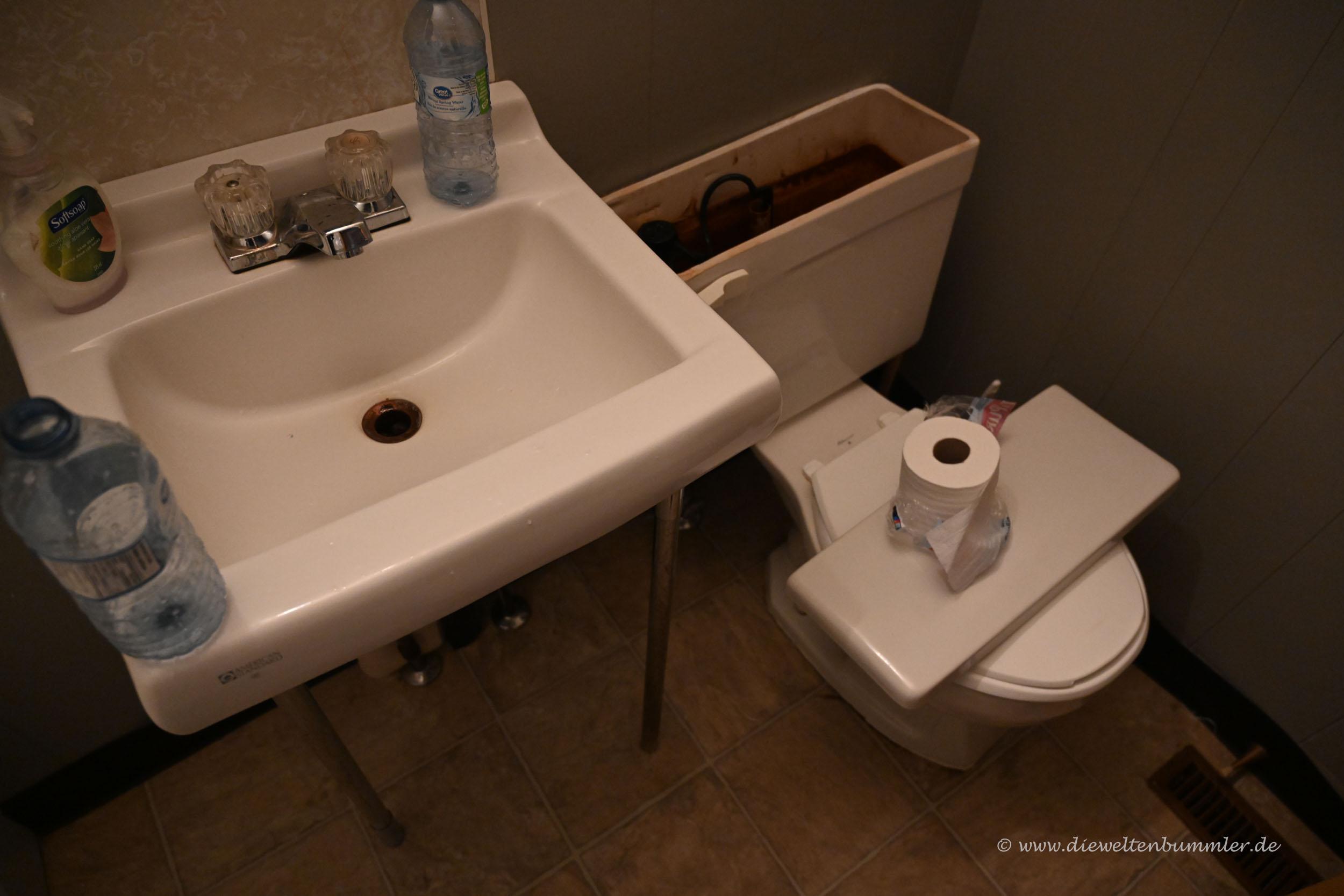 Verdrecktes Wasser im Bad