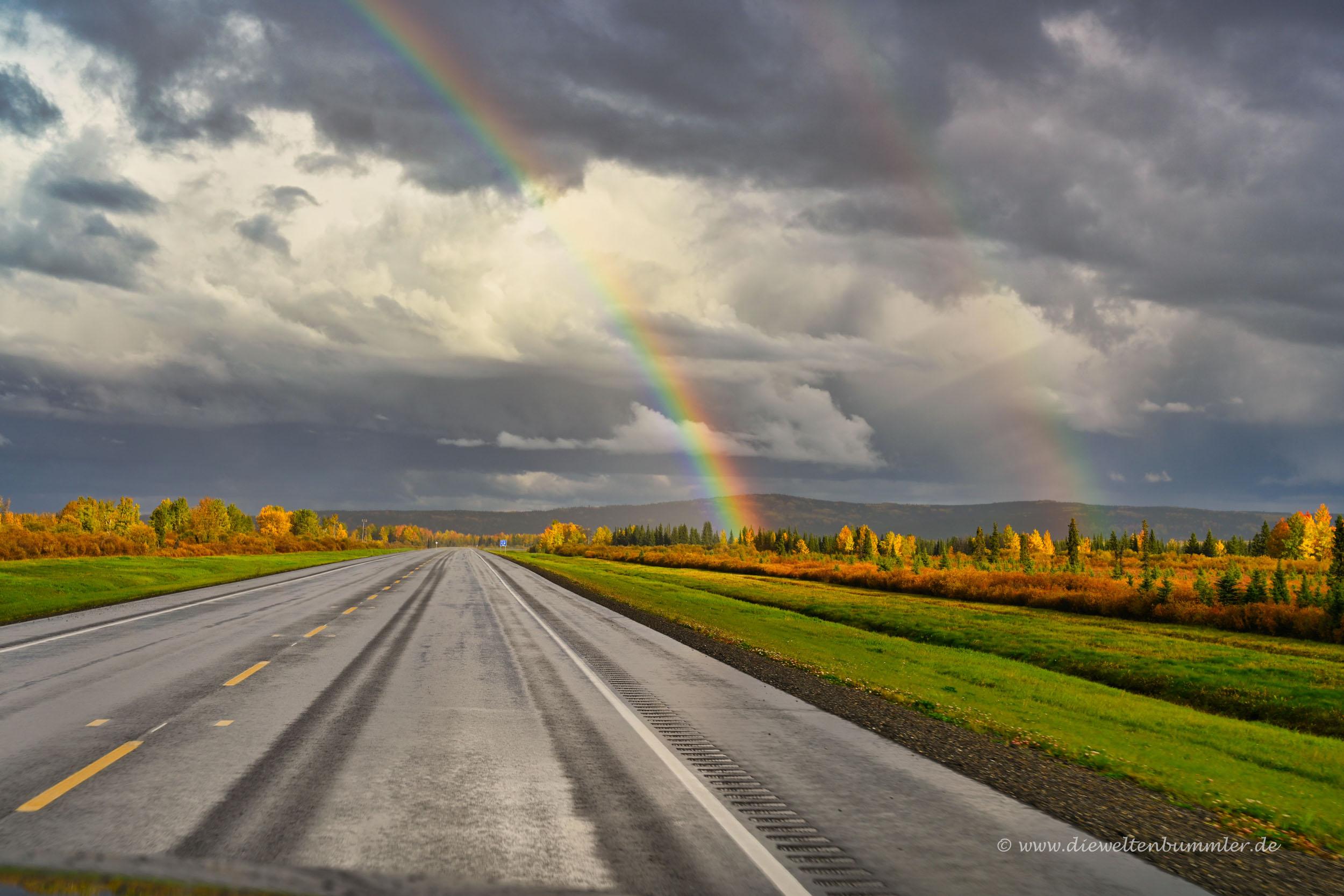 Regenbogen über dem Alaska Highway