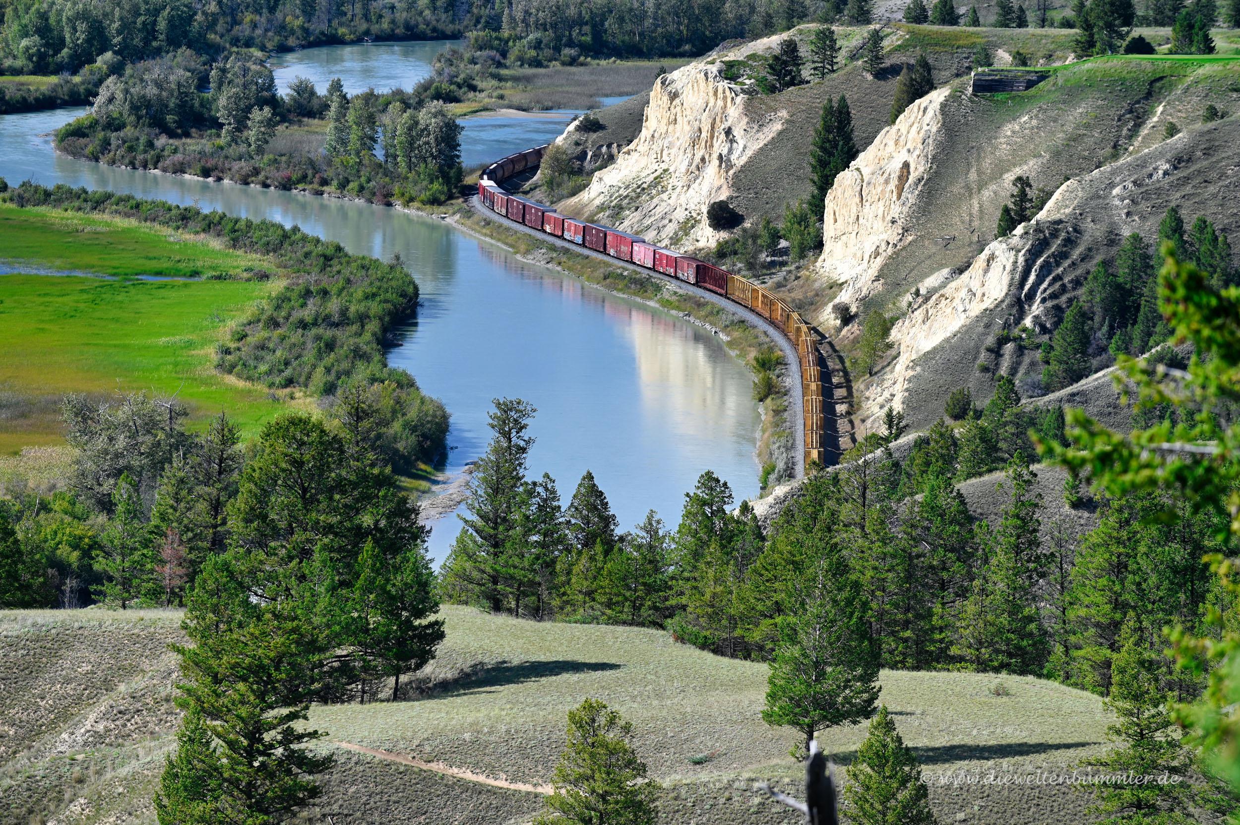 Zug schlängelt sich durch die Landschaft