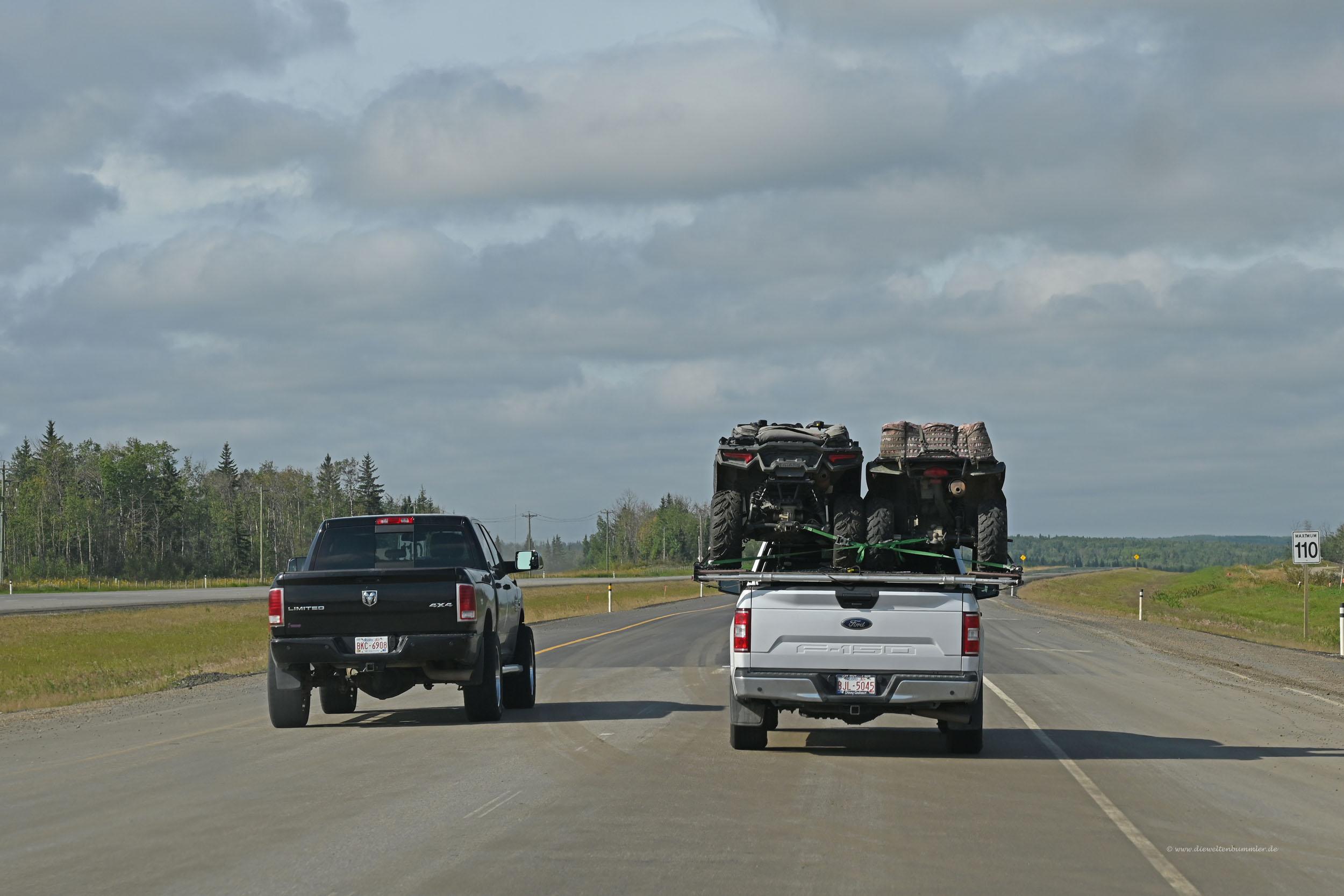 Zwei Quads auf einem Pickup