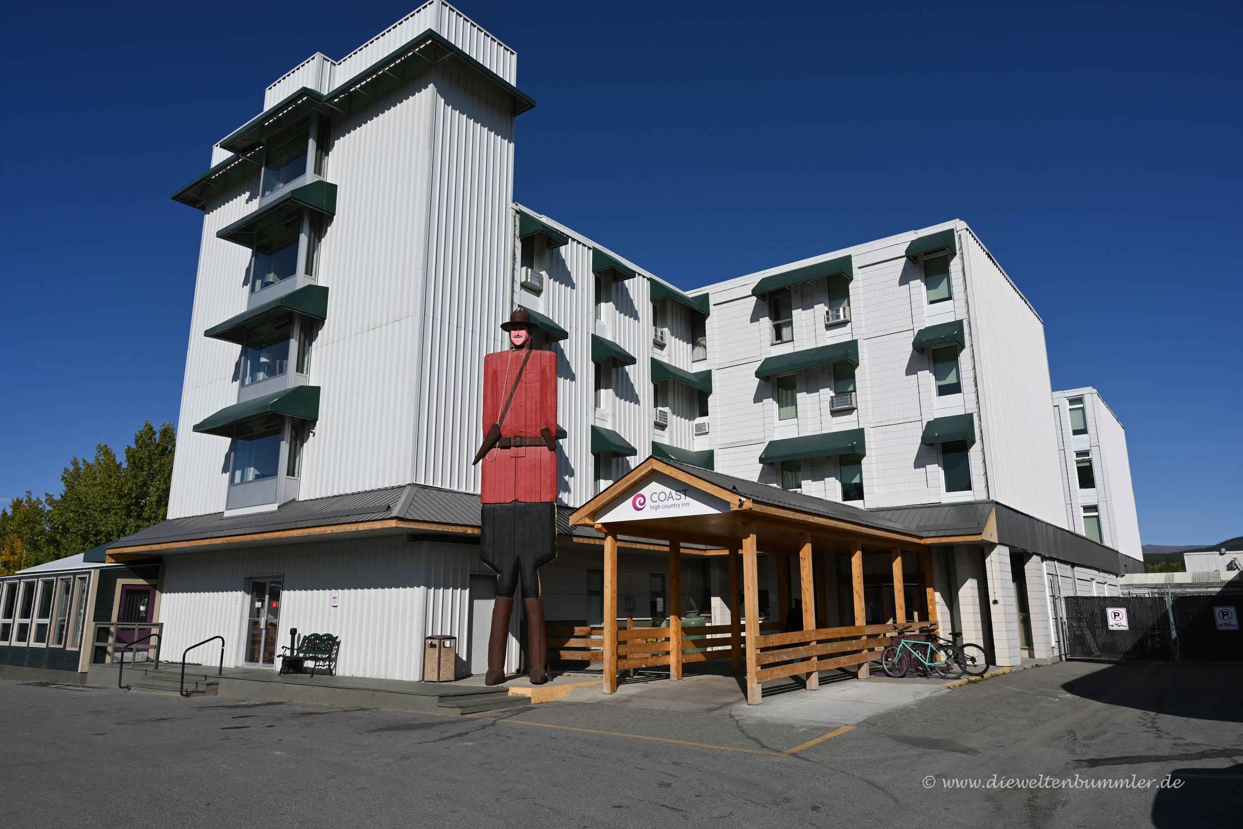 Hotel mit Skulptur in Whitehorse