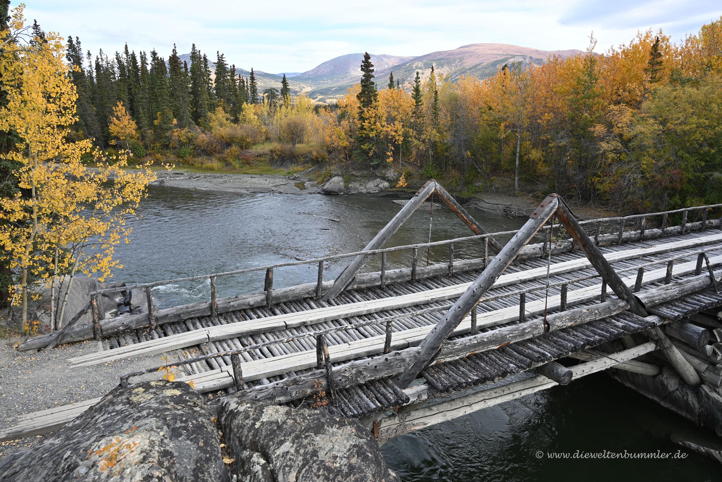 Kleine Holzbrücke am Alaska Highway