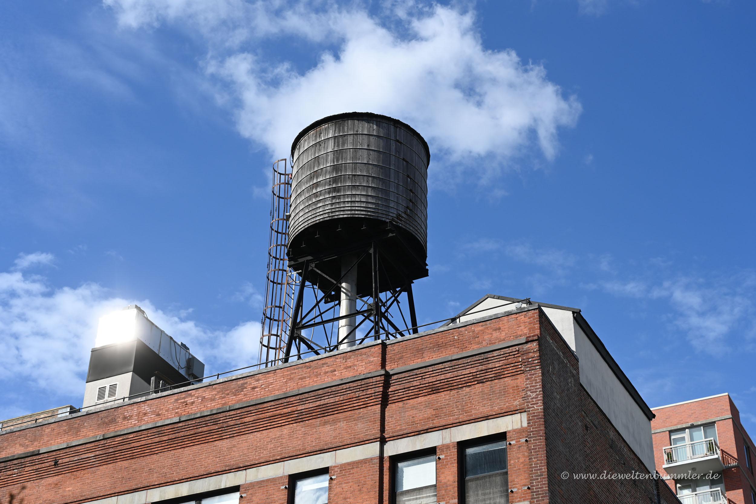Typischer Wassertank auf dem Dach