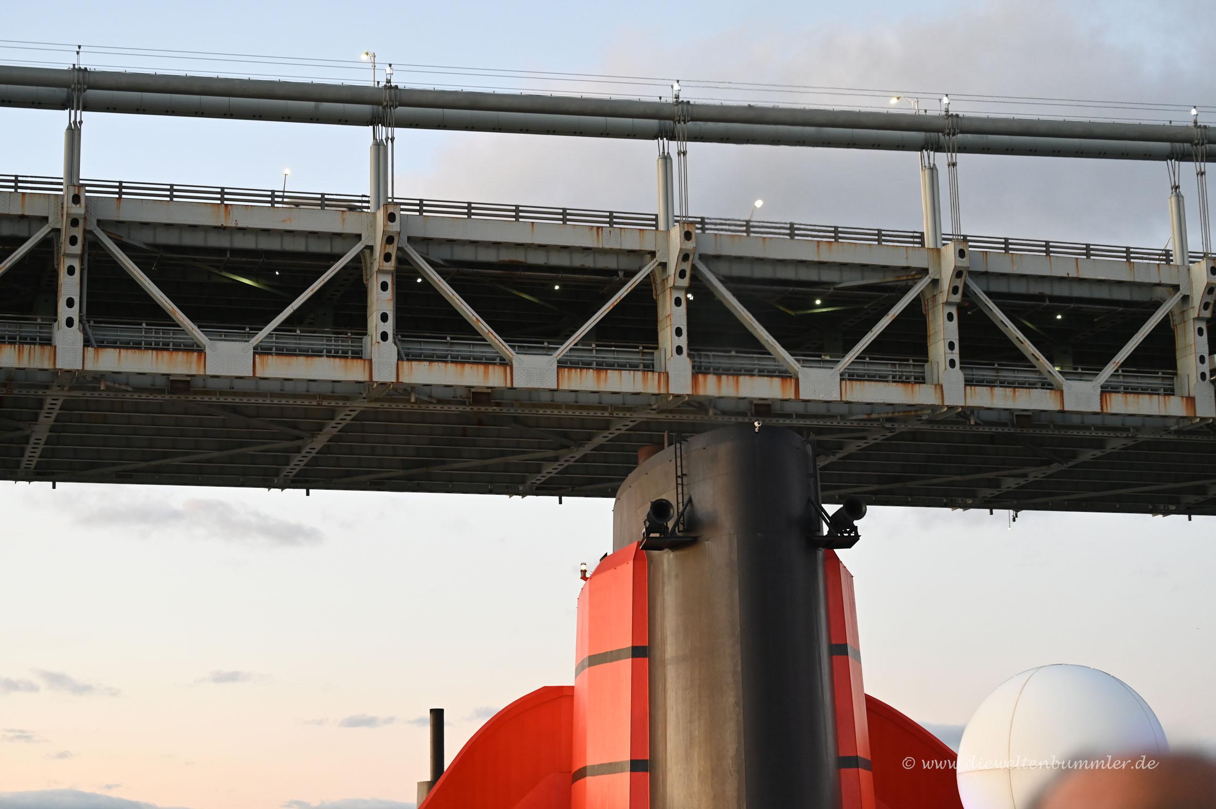 Schornstein unter der Brücke