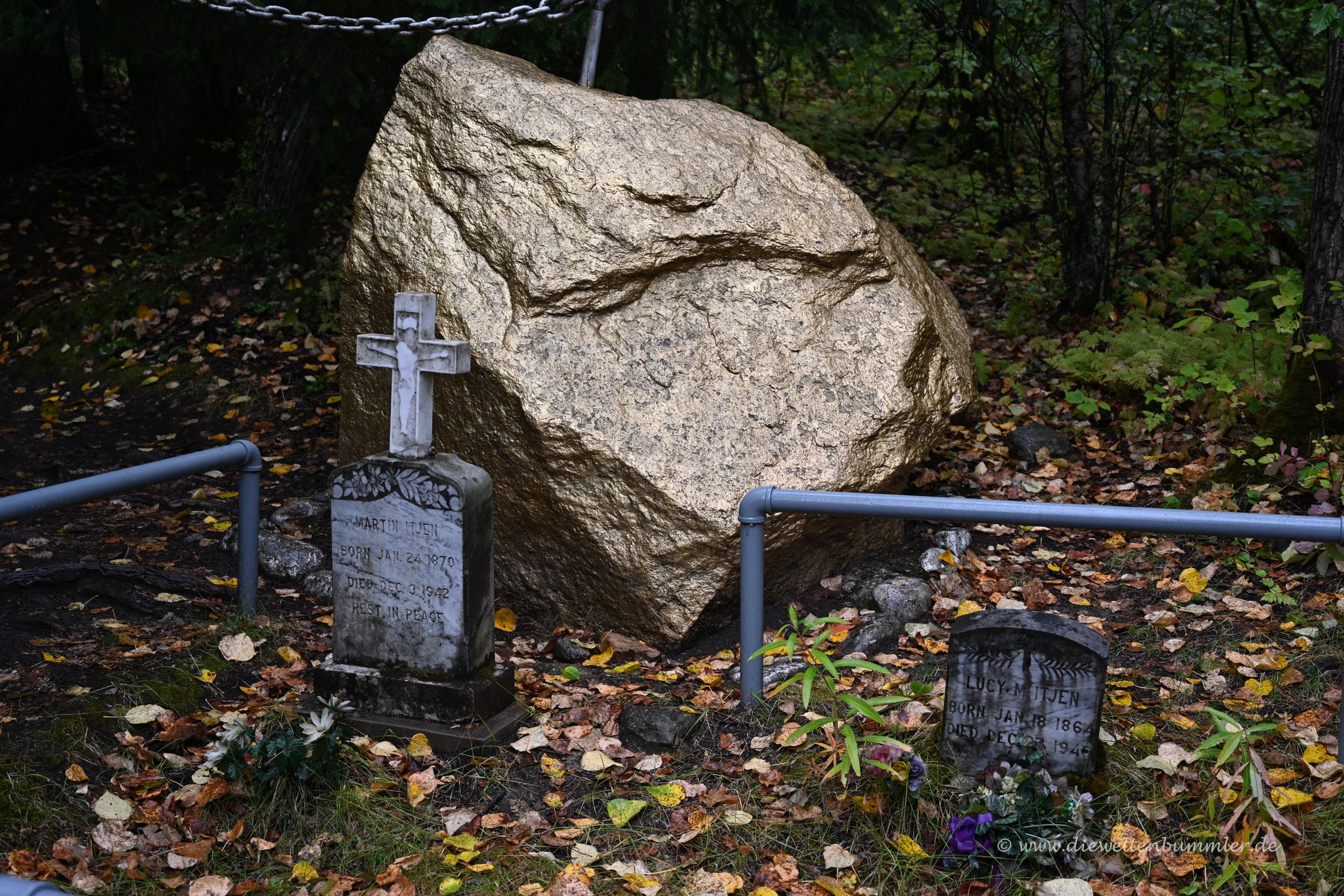 Goldfarbener Stein auf dem Friedhof