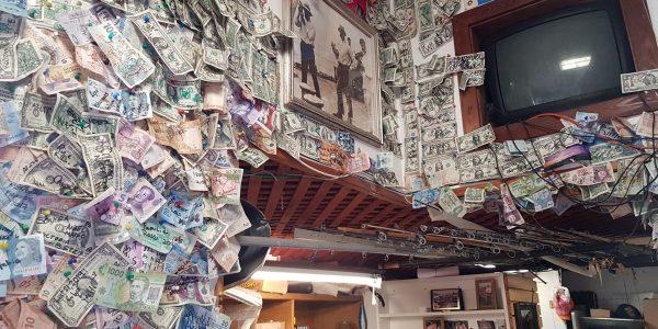 Geldscheine an Wand und Decke