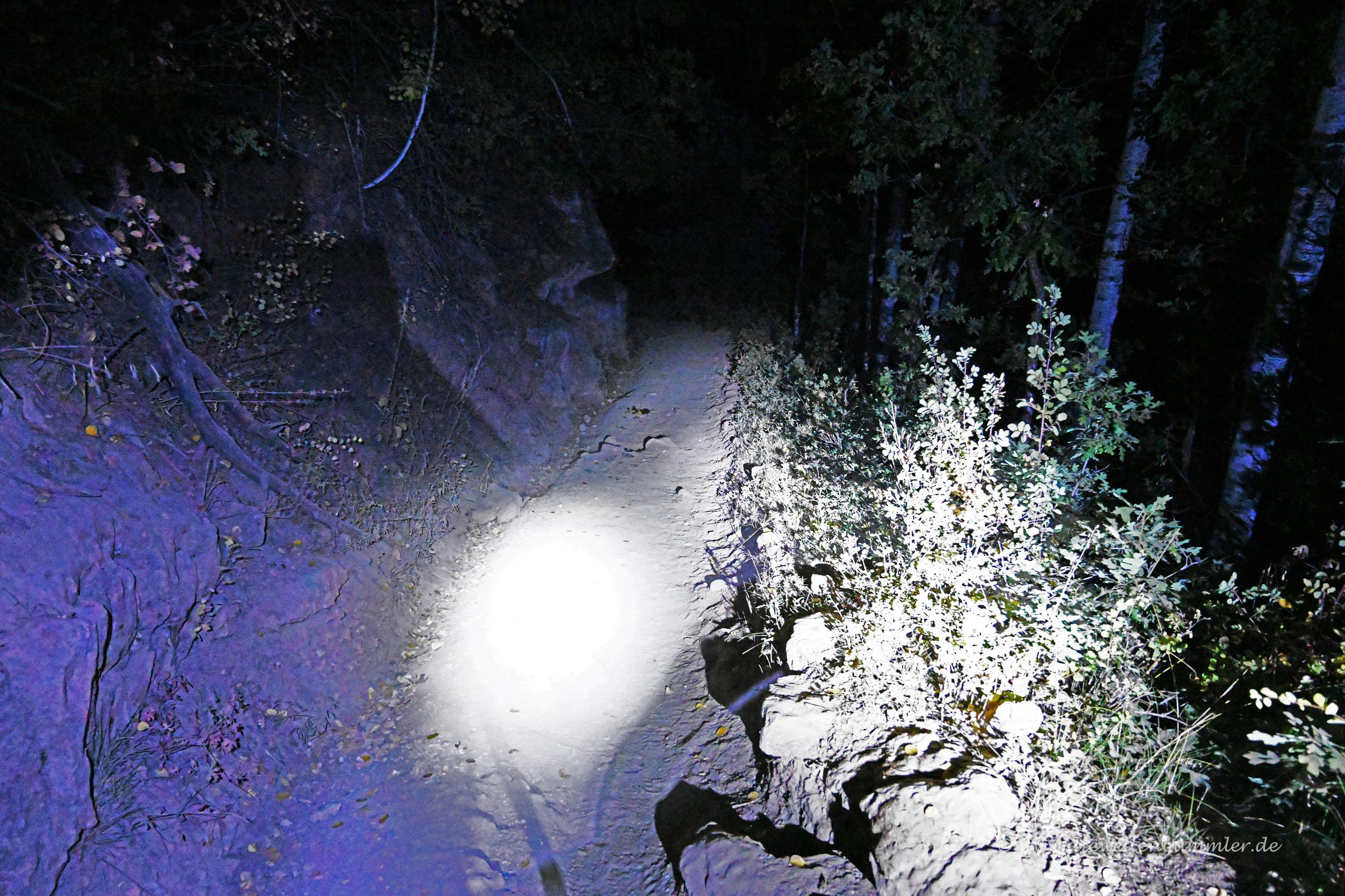 Mit Stirnlampe auf dem Wanderweg