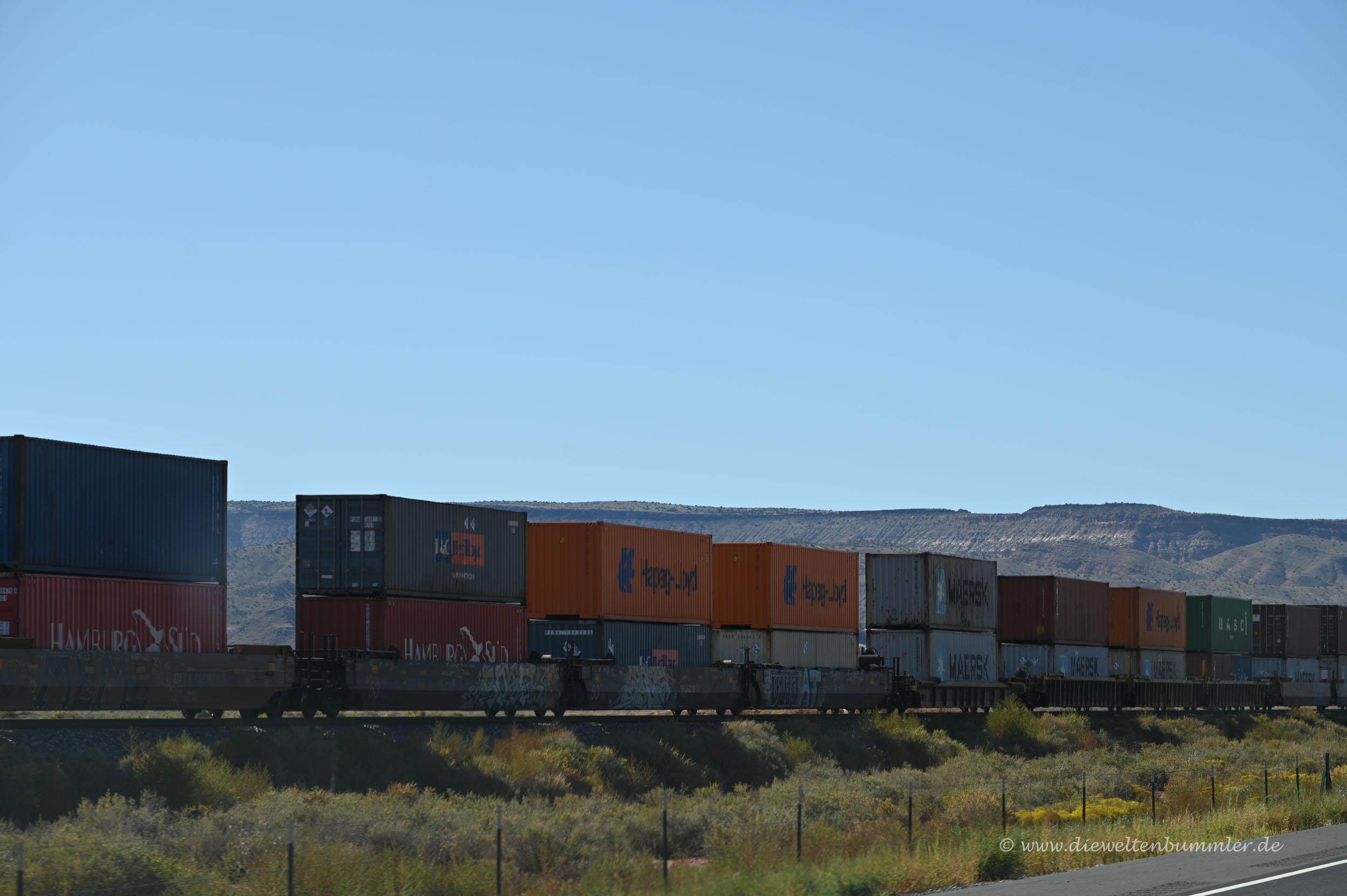 Zug mit doppelten Containern