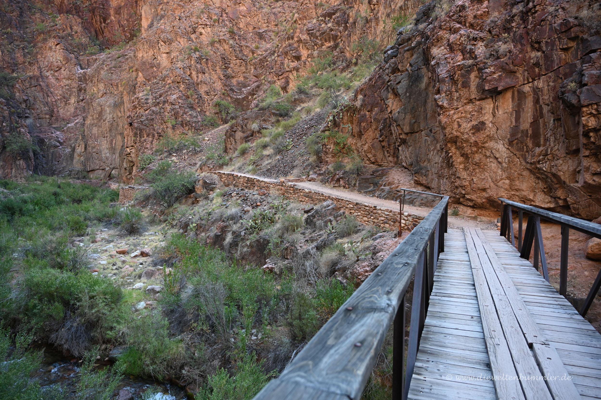Brücke in der engen Schlucht