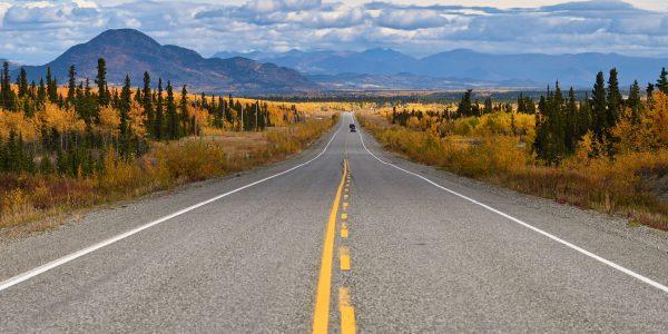 Alaska Highway westlich in Whitehorse