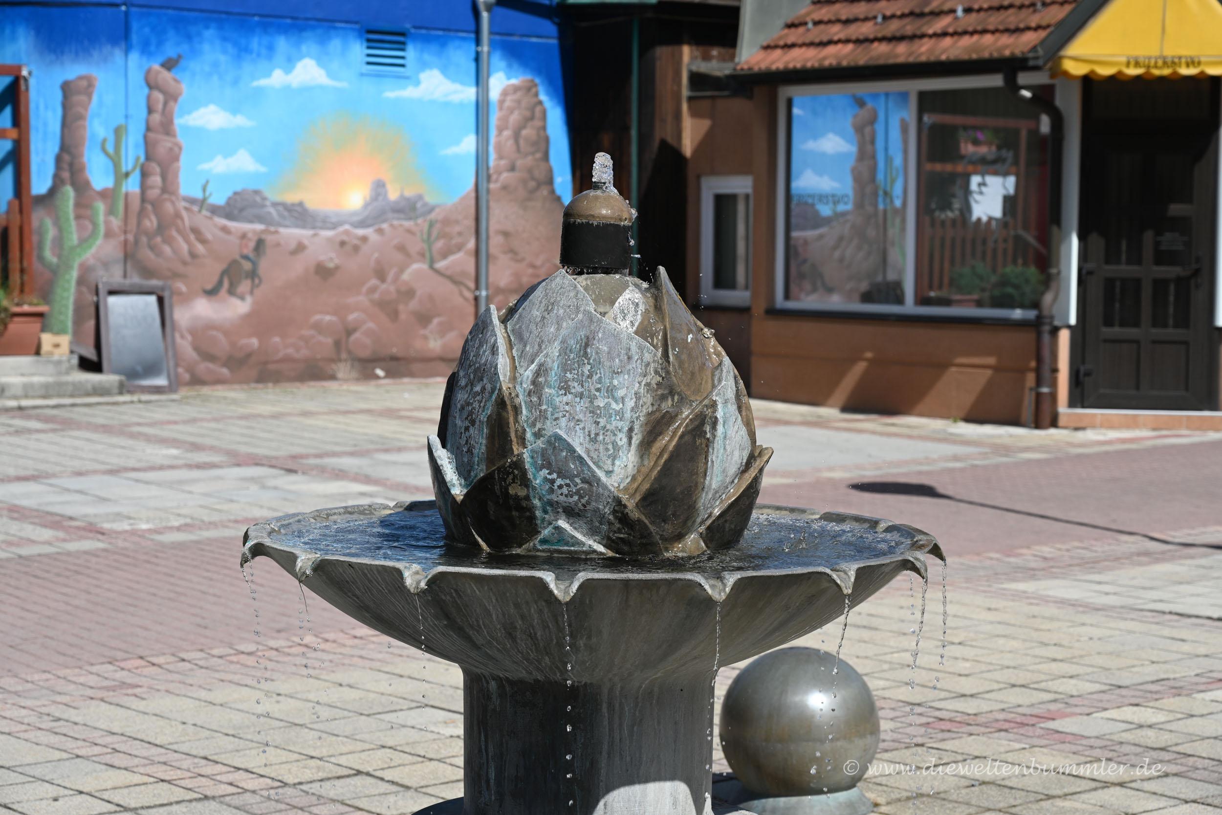 Brunnen in Form einer Hopfendolde