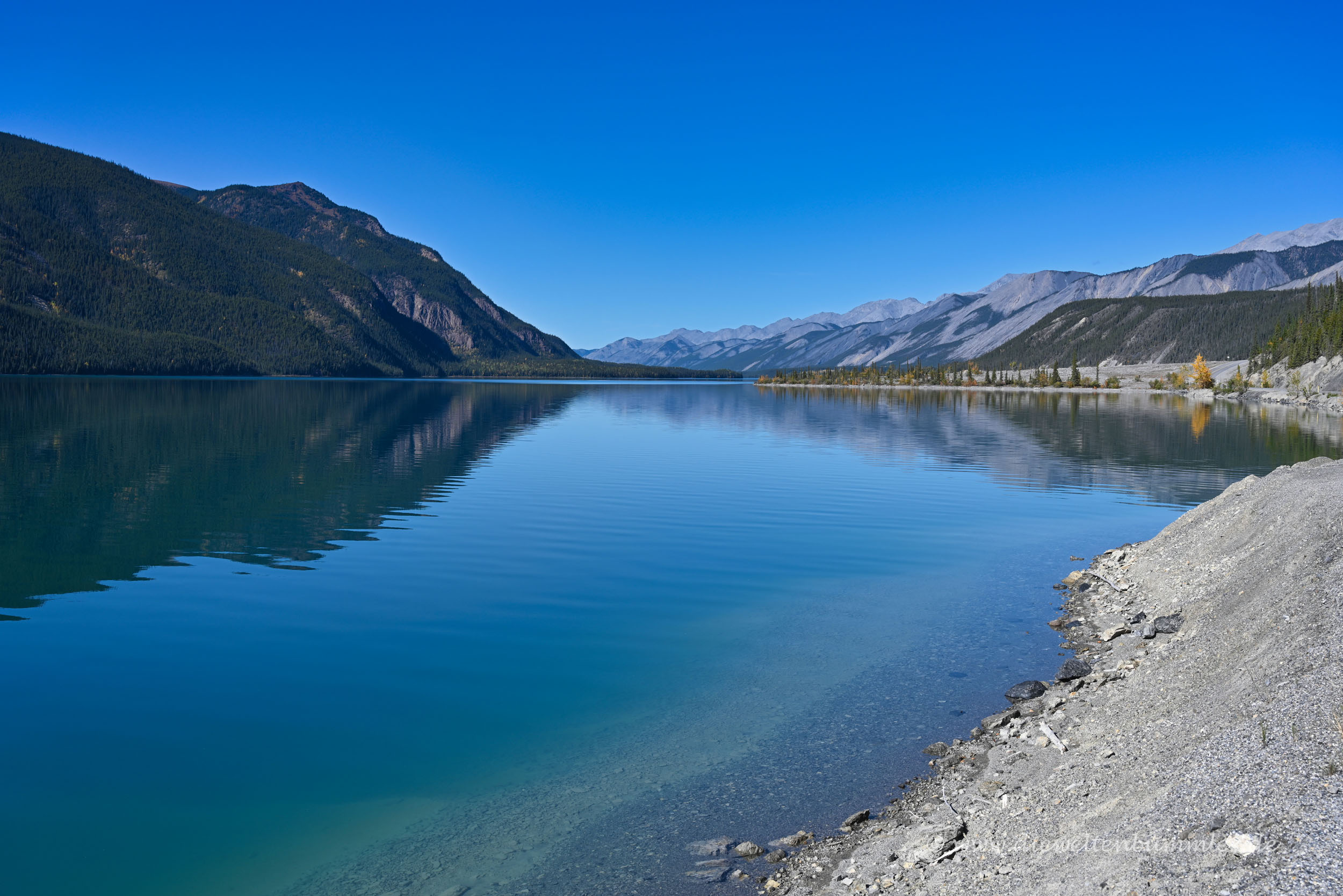 Klares Wasser im Muncho Lake