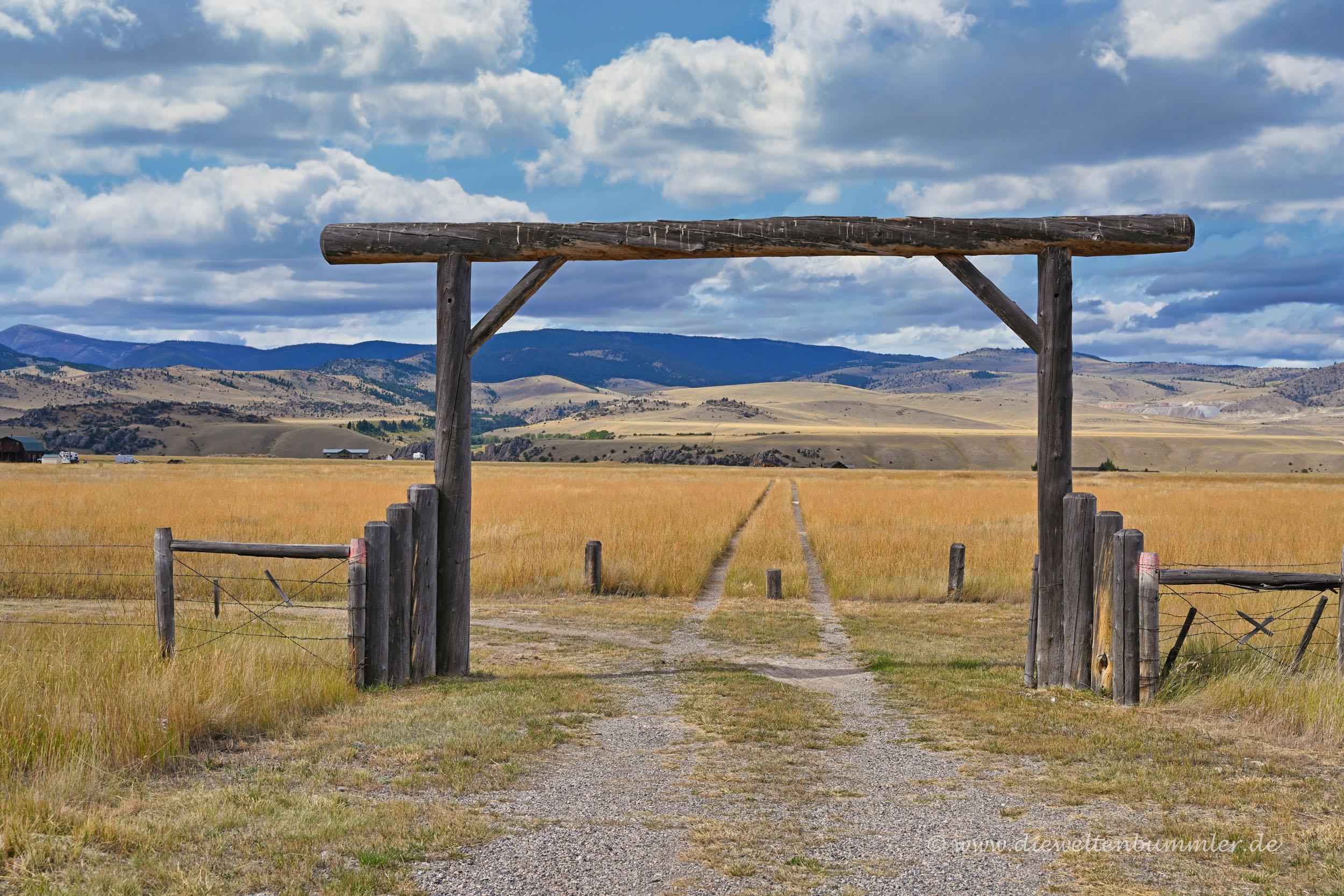 Klassische Einfahrt einer Ranch