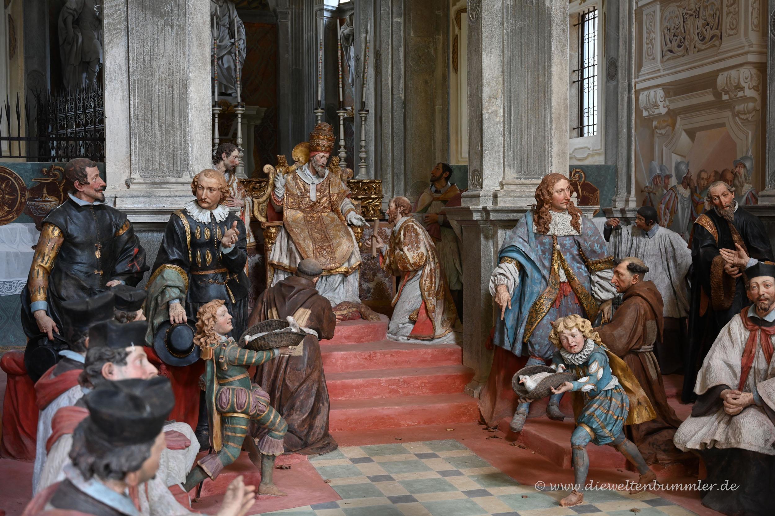 Lebensgroße Figuren in den Kapellen