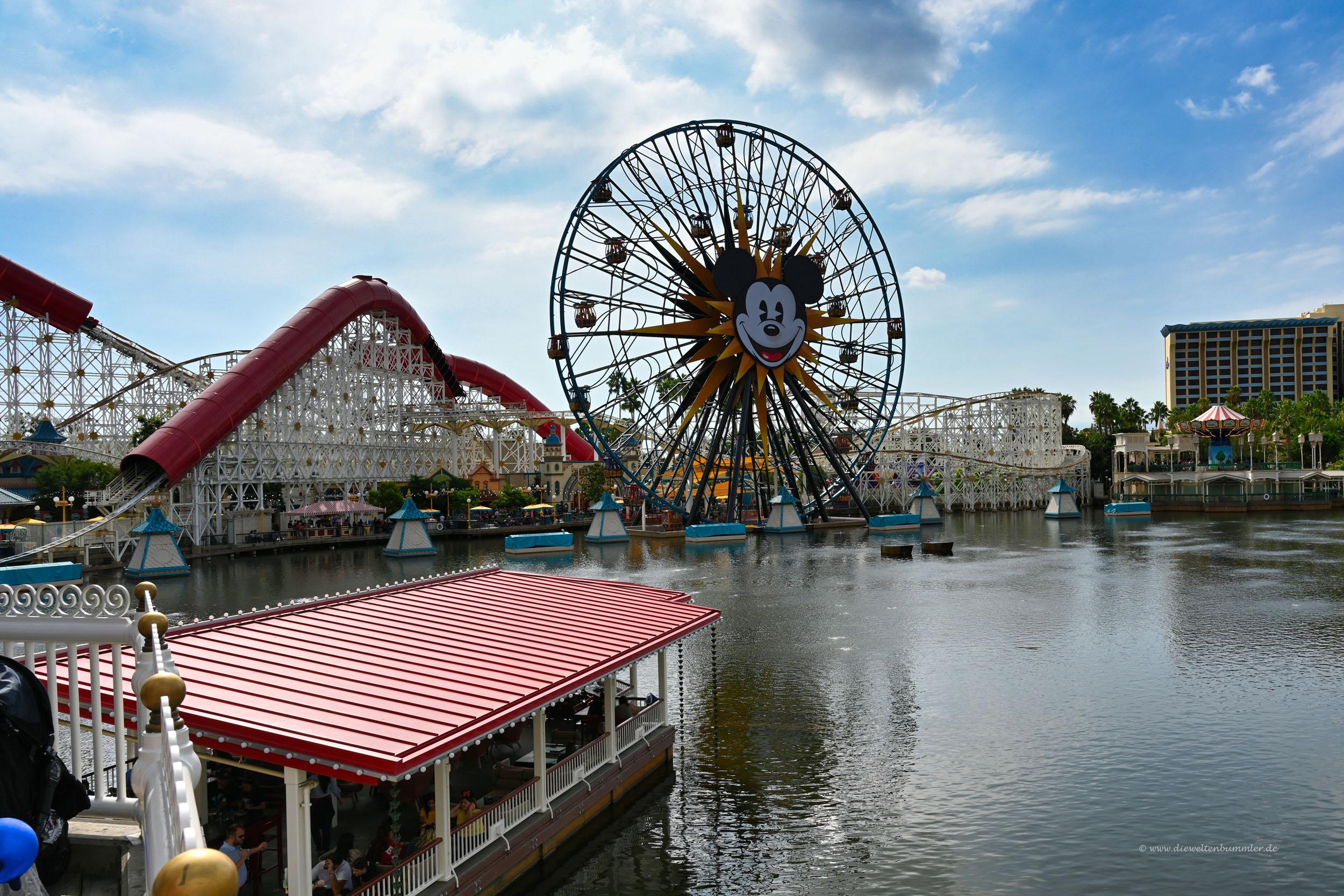 Riesenrad mit Micky Maus