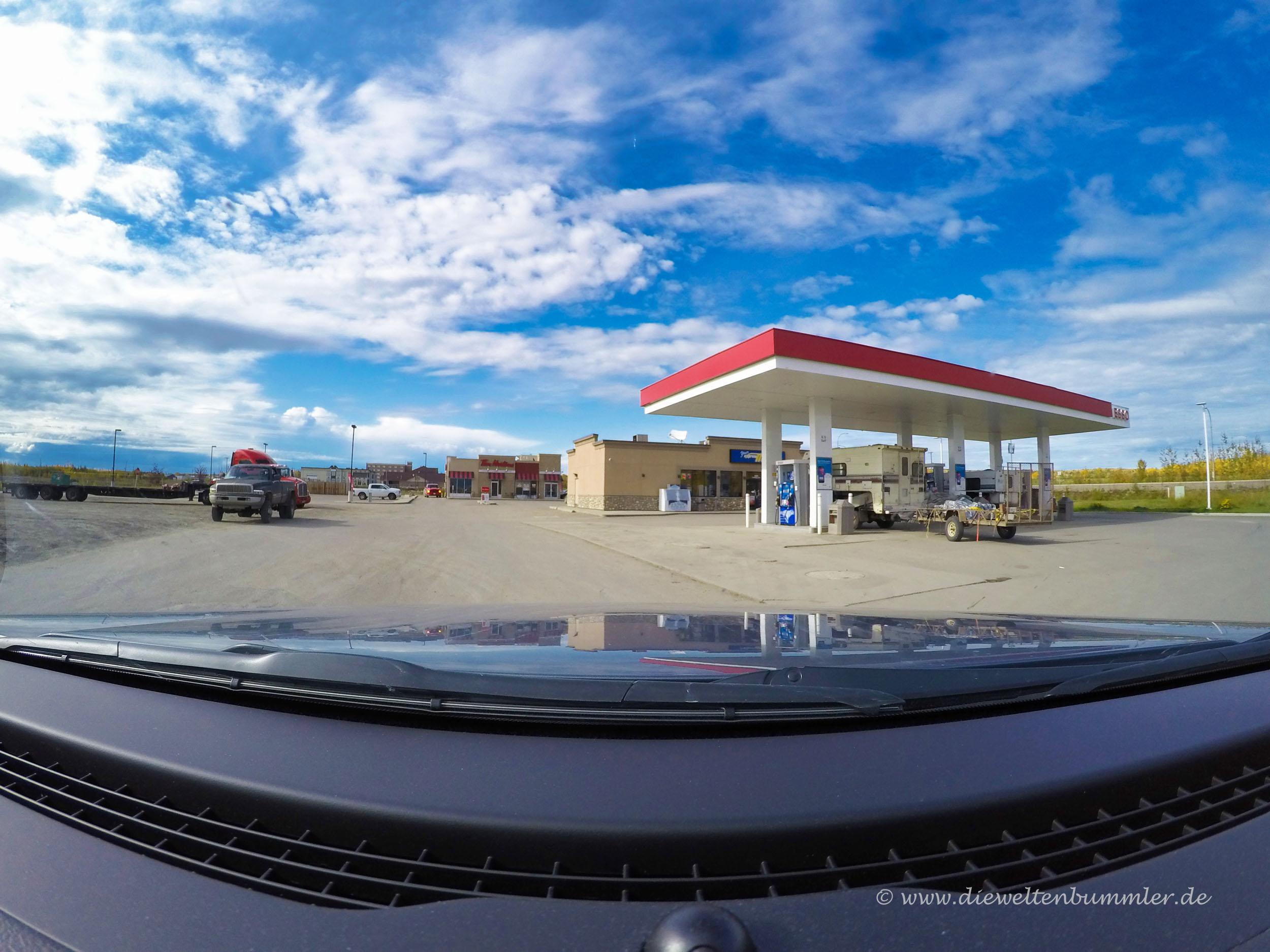 Tankstelle und Tim Hortons in Fort Nelson