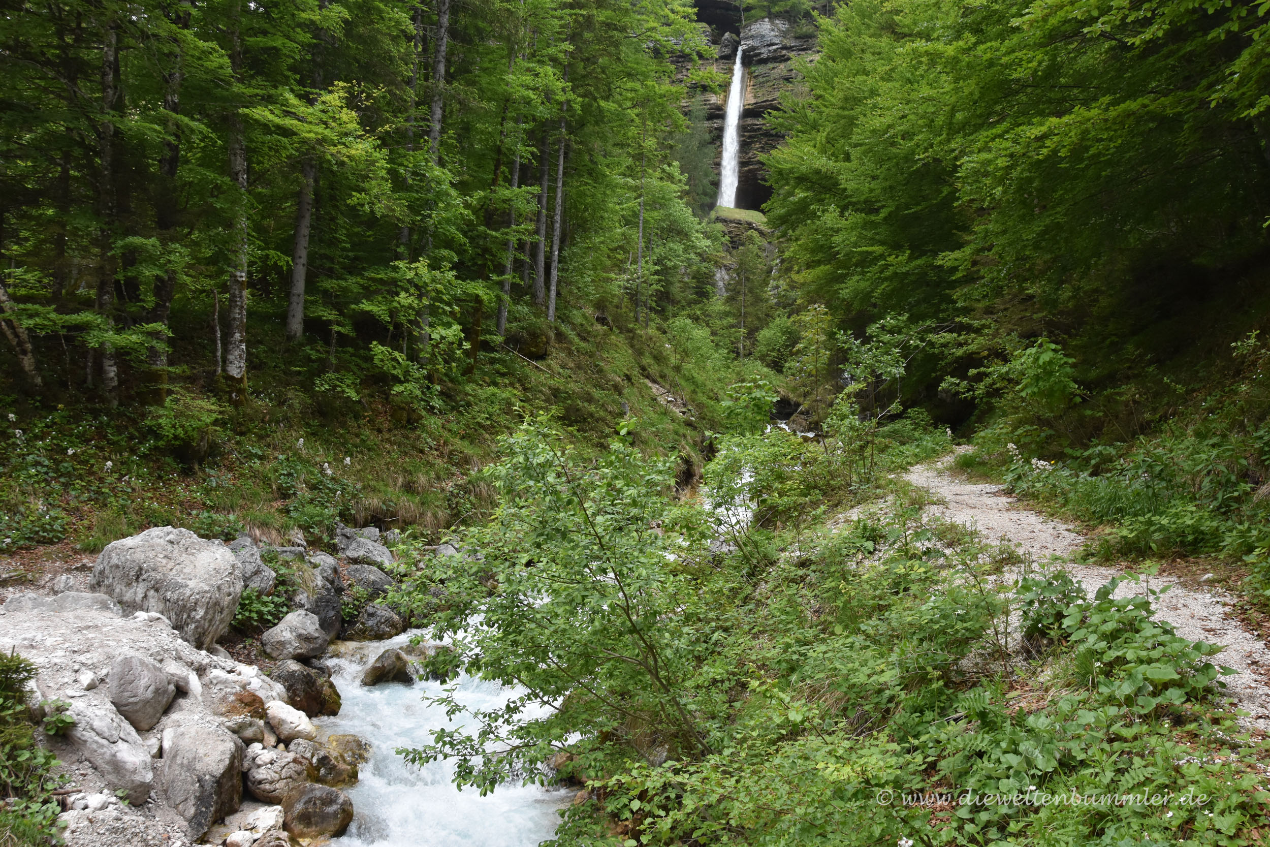 Kurze Wanderung vom Parkplatz bis zum Wasserfall