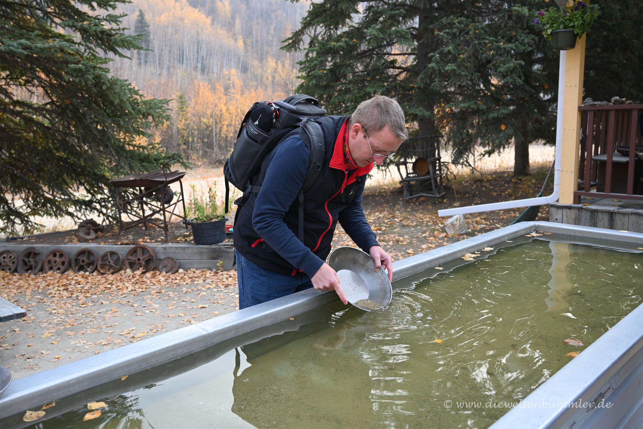 Michael Moll beim Gold waschen