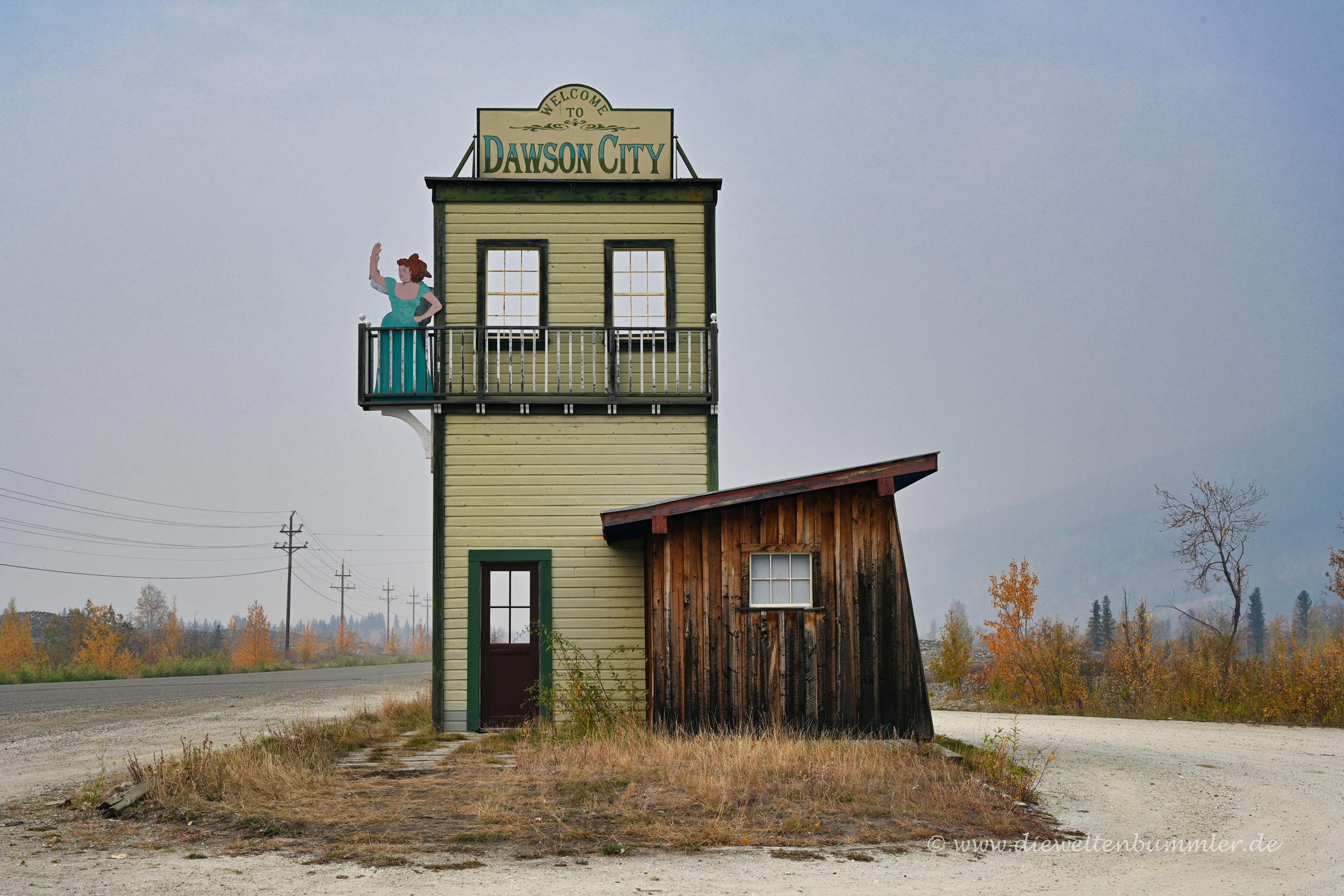 Ortseingangsschild von Dawson City