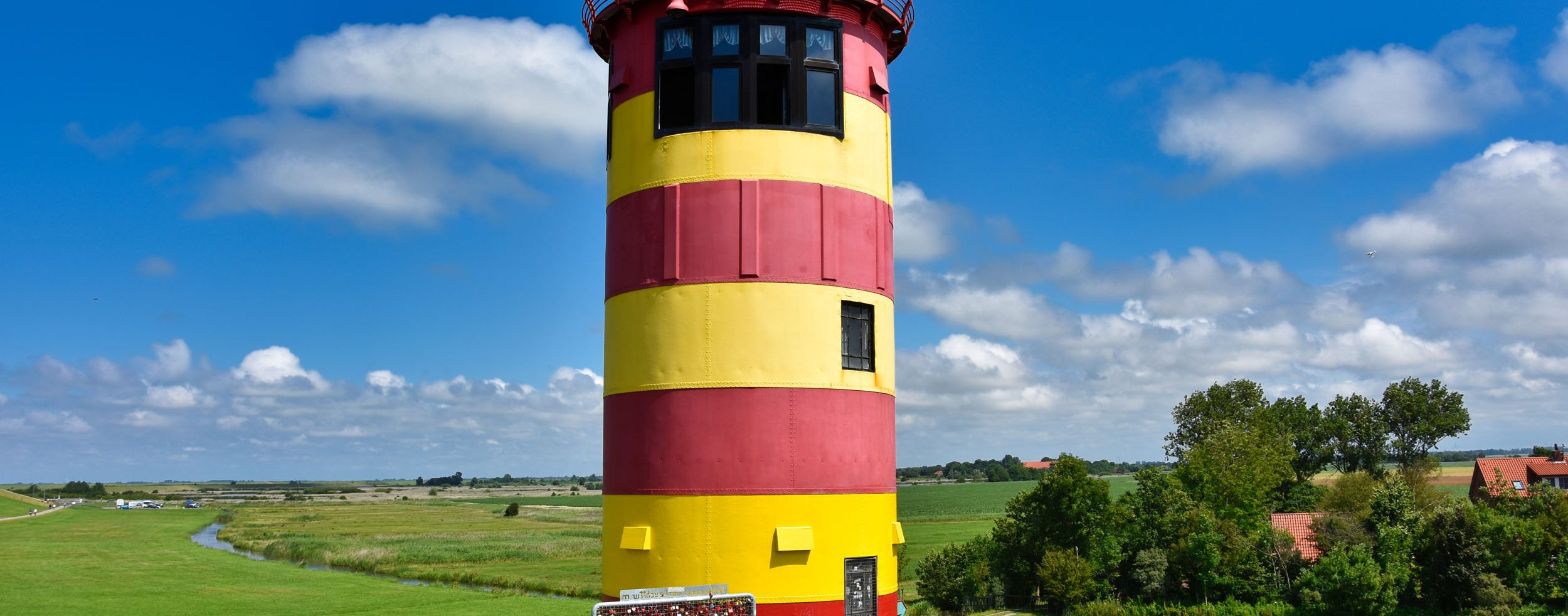 Pilsumer Leuchtturm mit Liebesschlössern