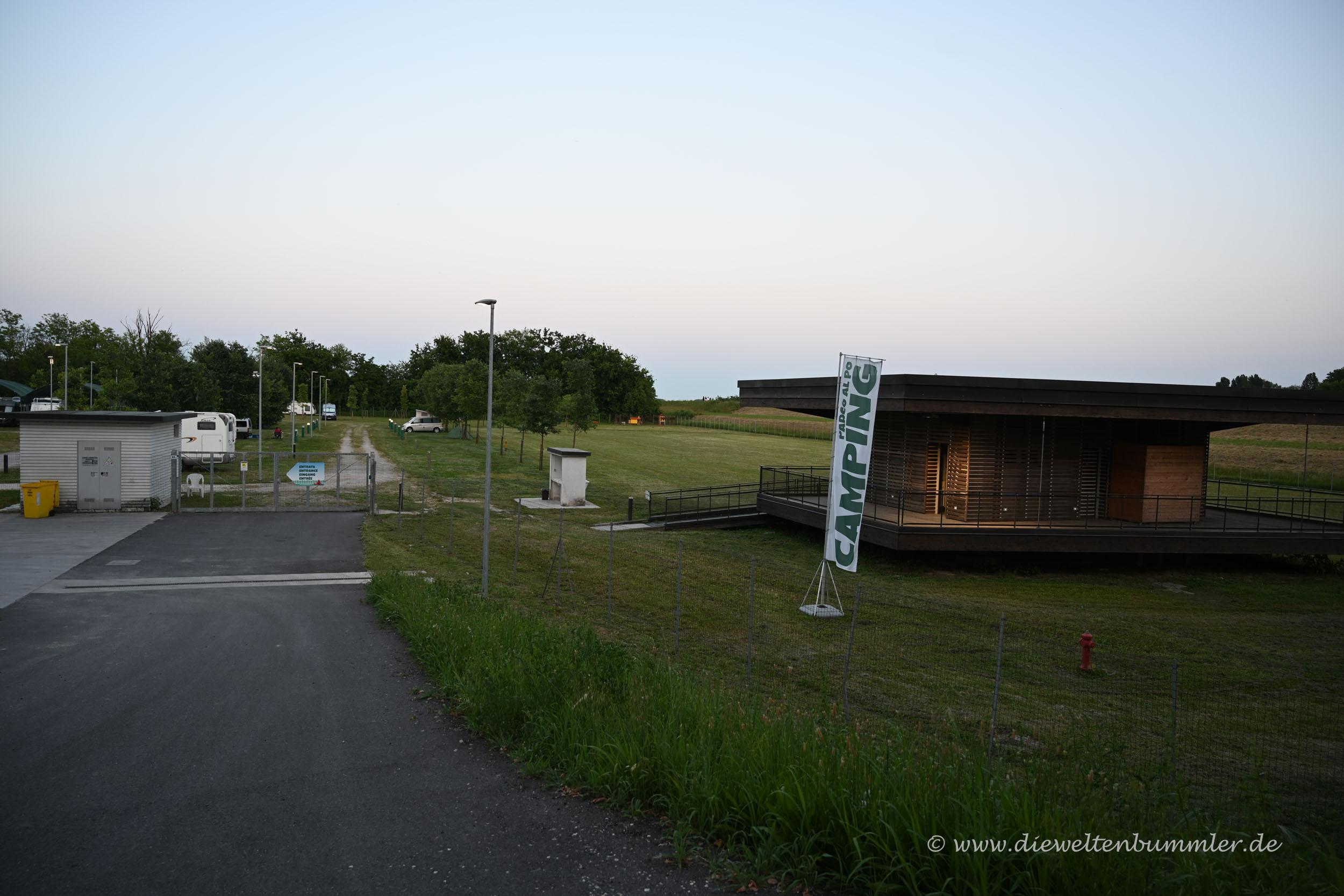 Stellplatz mit Sanitärgebäude