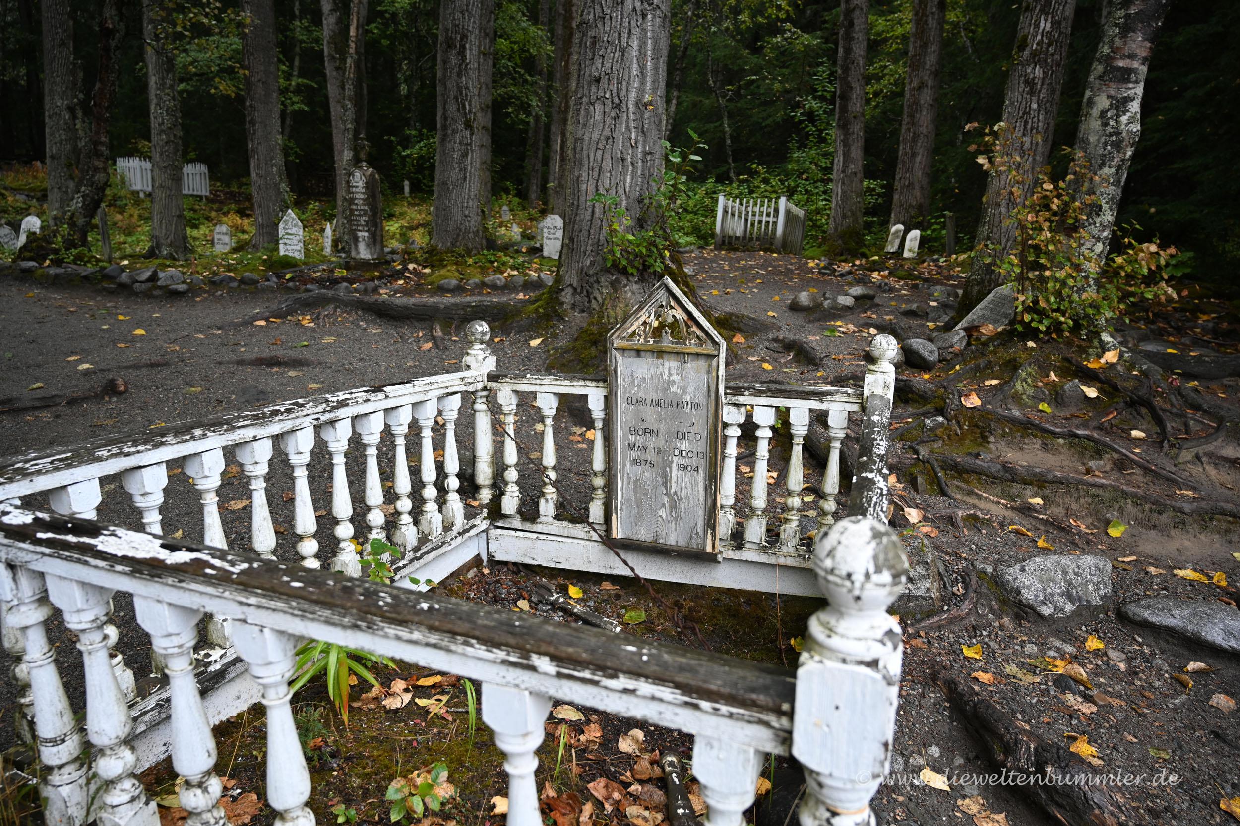 Friedhof mit Goldgräbern